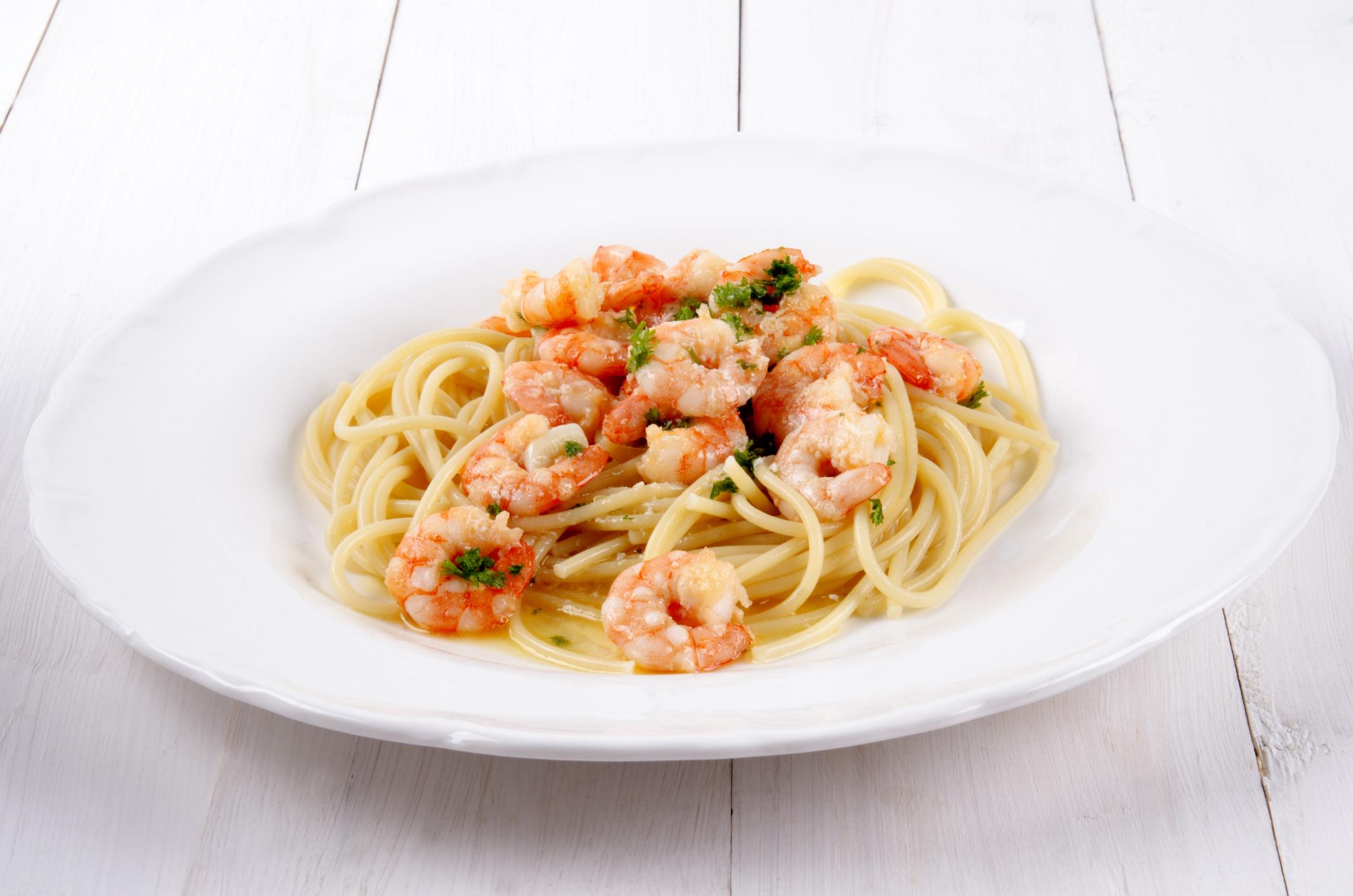 Espaguetis a la marinera con gambas