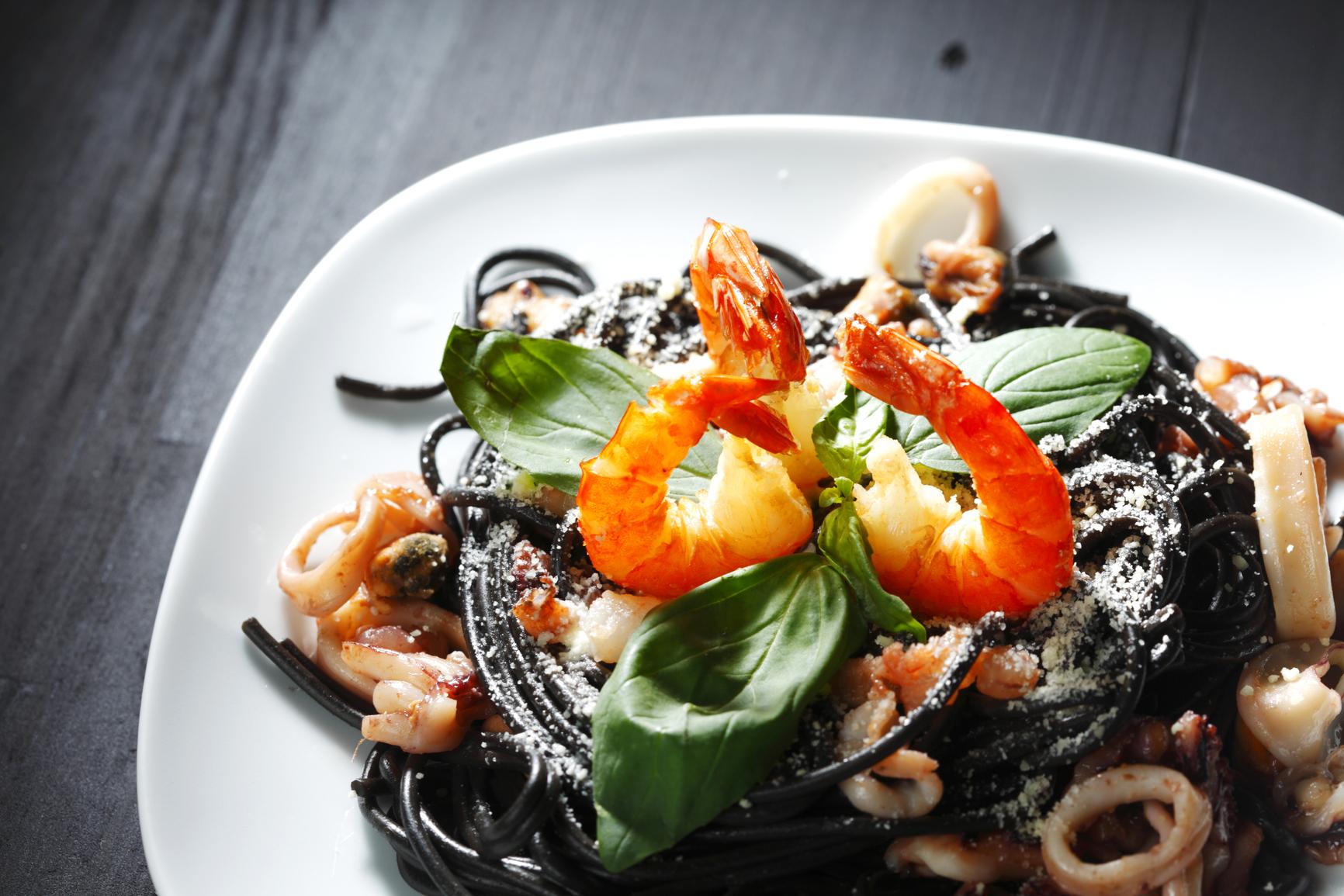 Espaguetis negros con anillas de pota y bacon