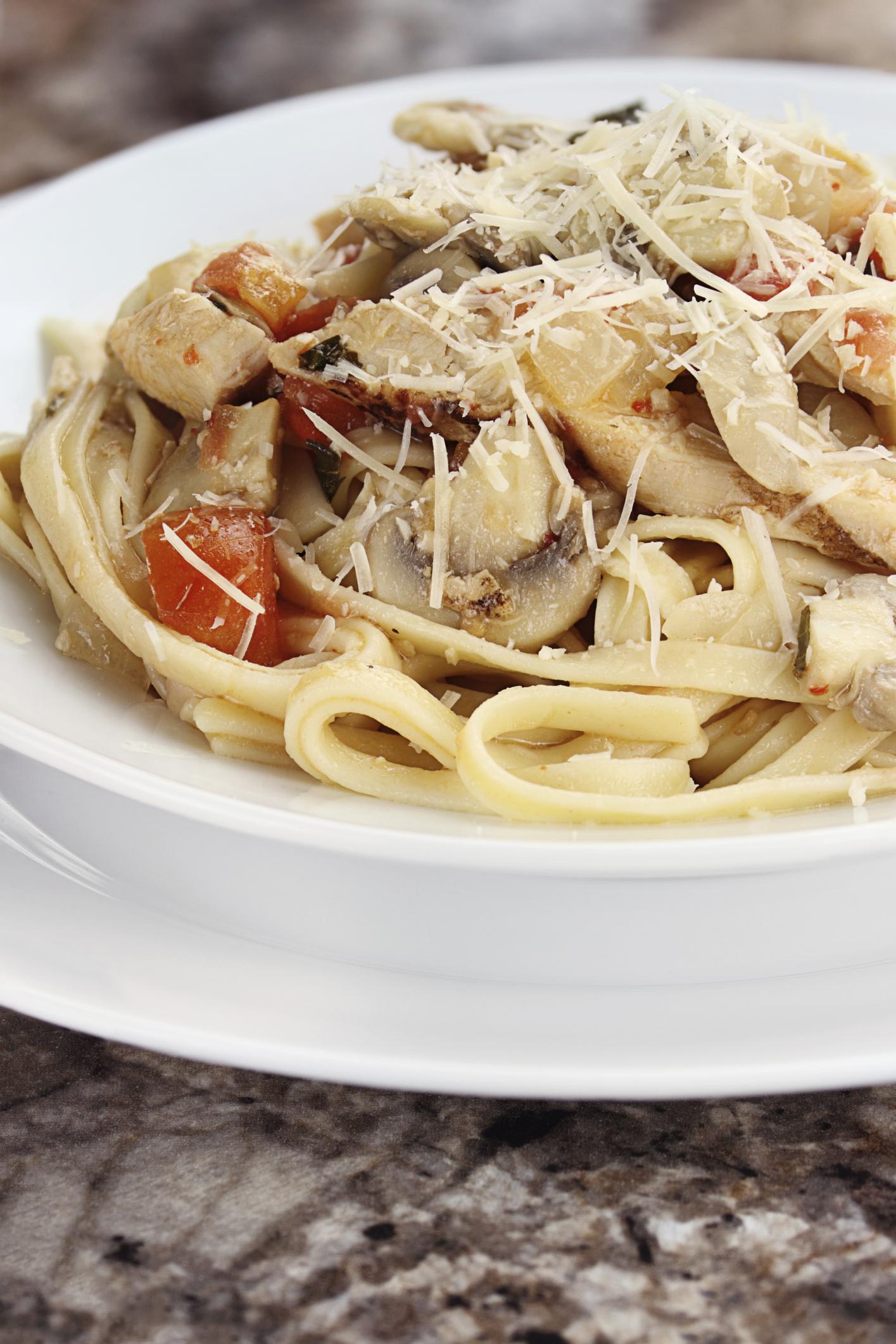 Espaguetis al pimentón con pollo y champiñones