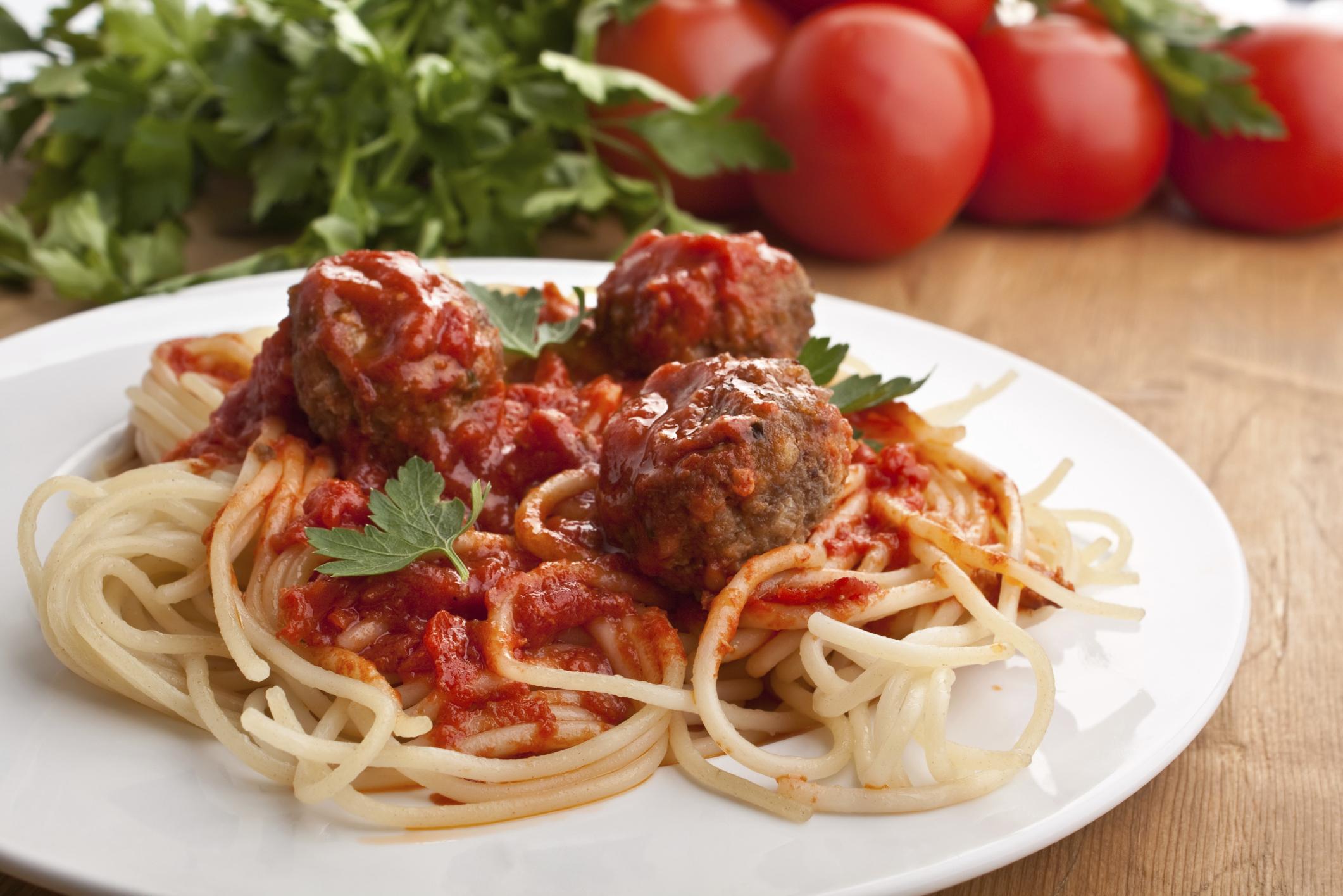 Espaguetis con salsa de albóndigas