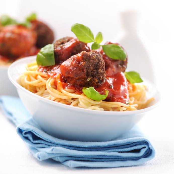 Espaguetis en tomate y albóndigas