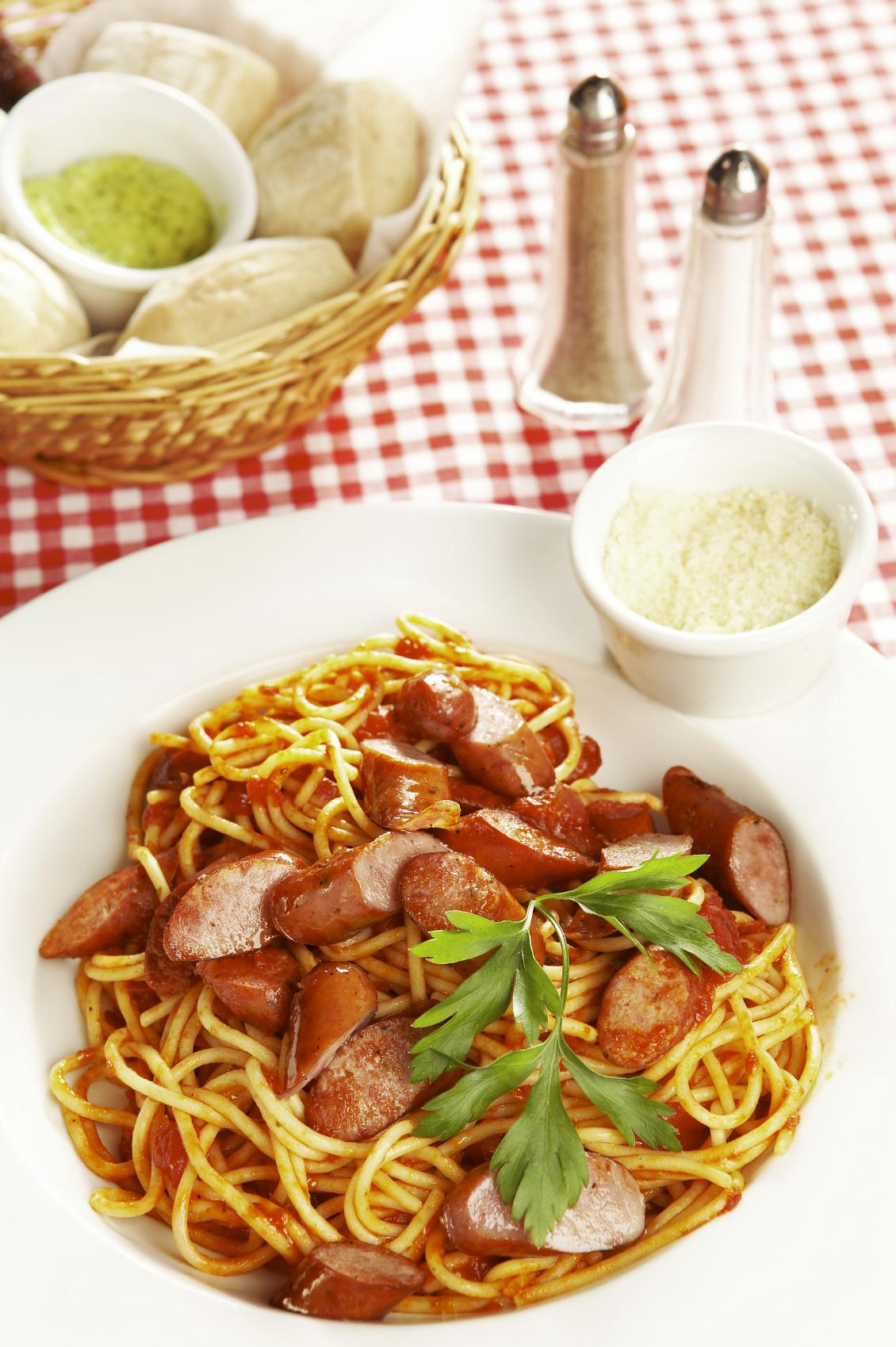 Espaguetis al tomate con salchicha parrillera