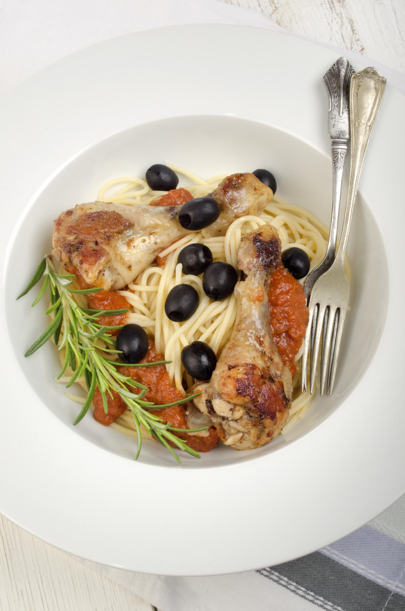 Espaguetis con muslos de pollo y salsa de tomate