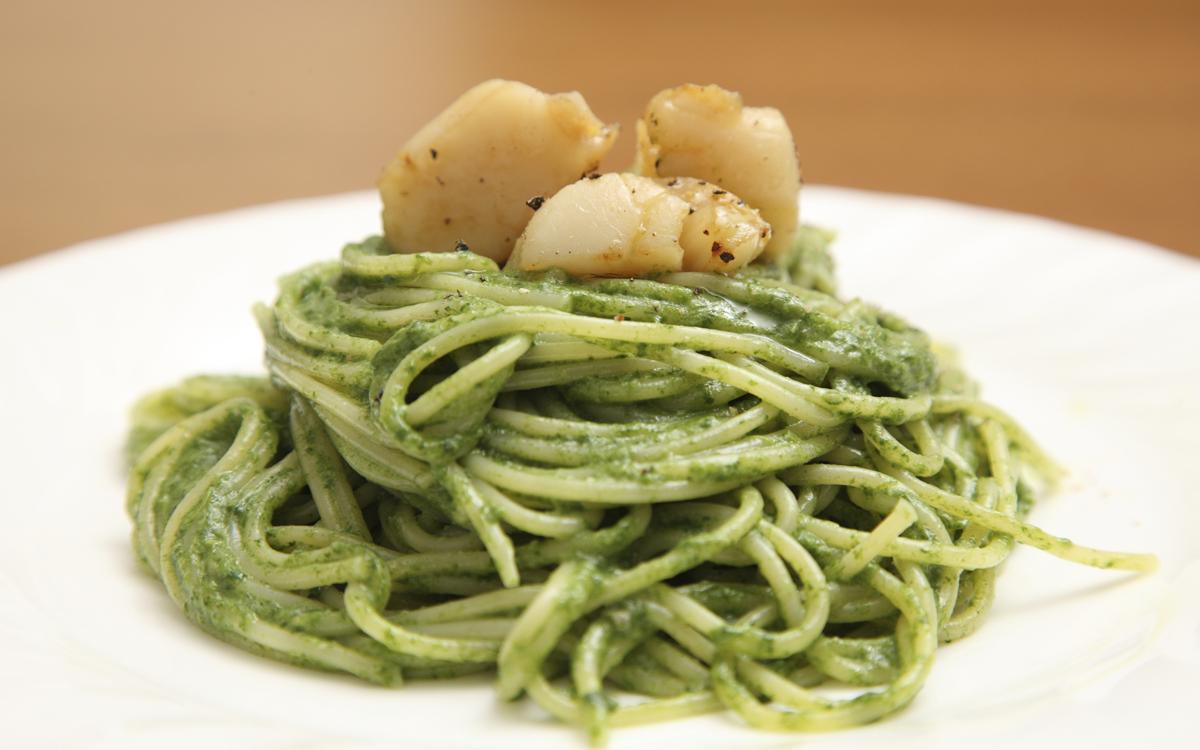 Espaguetis a la genovesa con vieiras