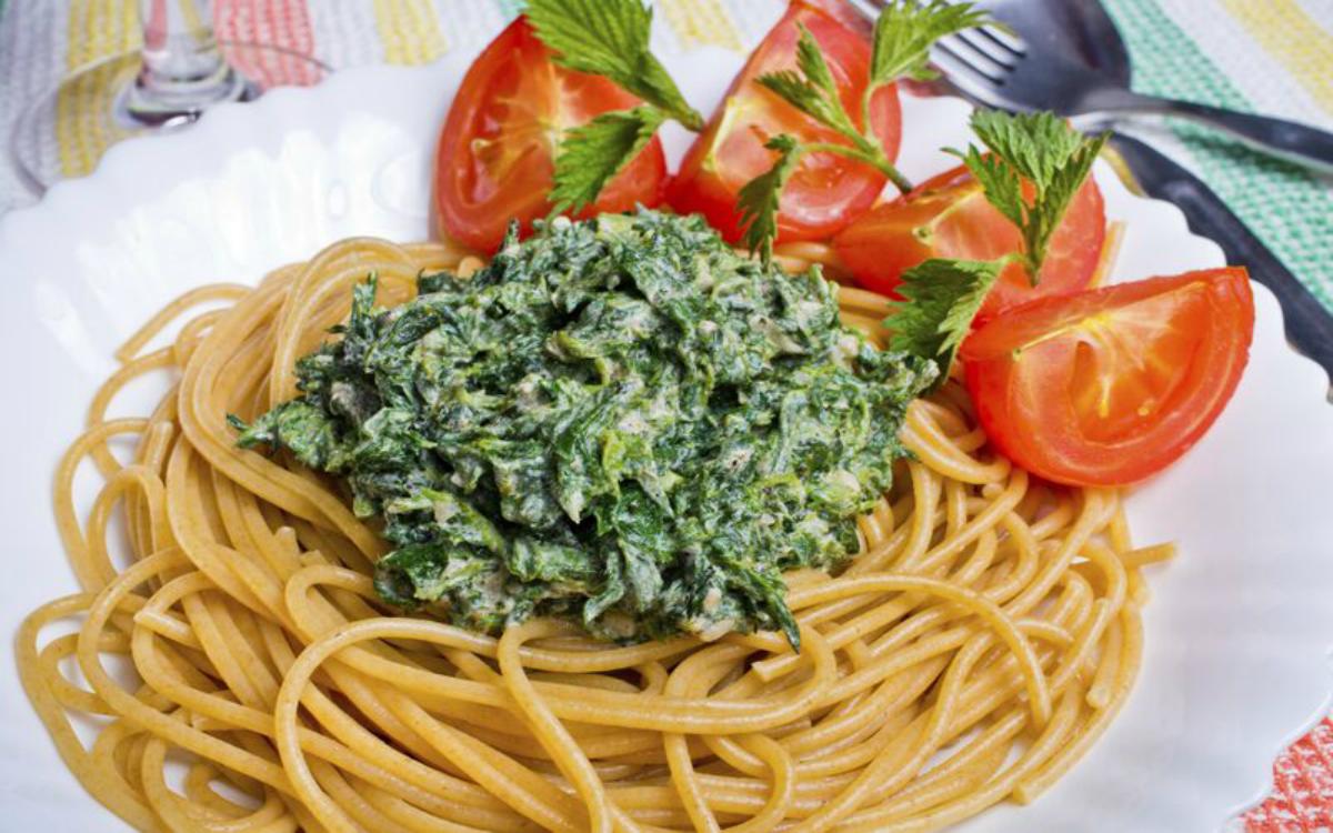 Espaguetis integrales con salsa de ortigas