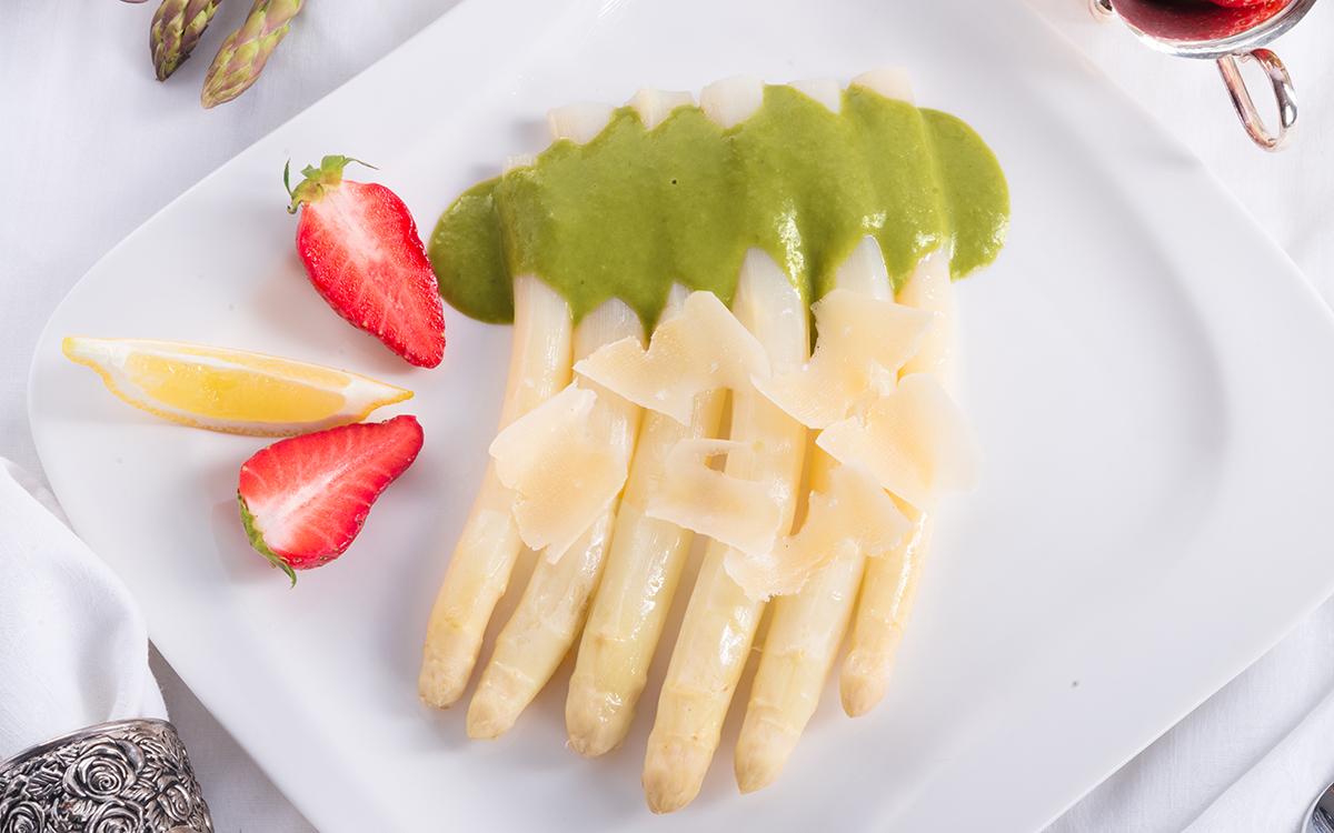 Espárragos blancos con parmesano y salsa de trigueros
