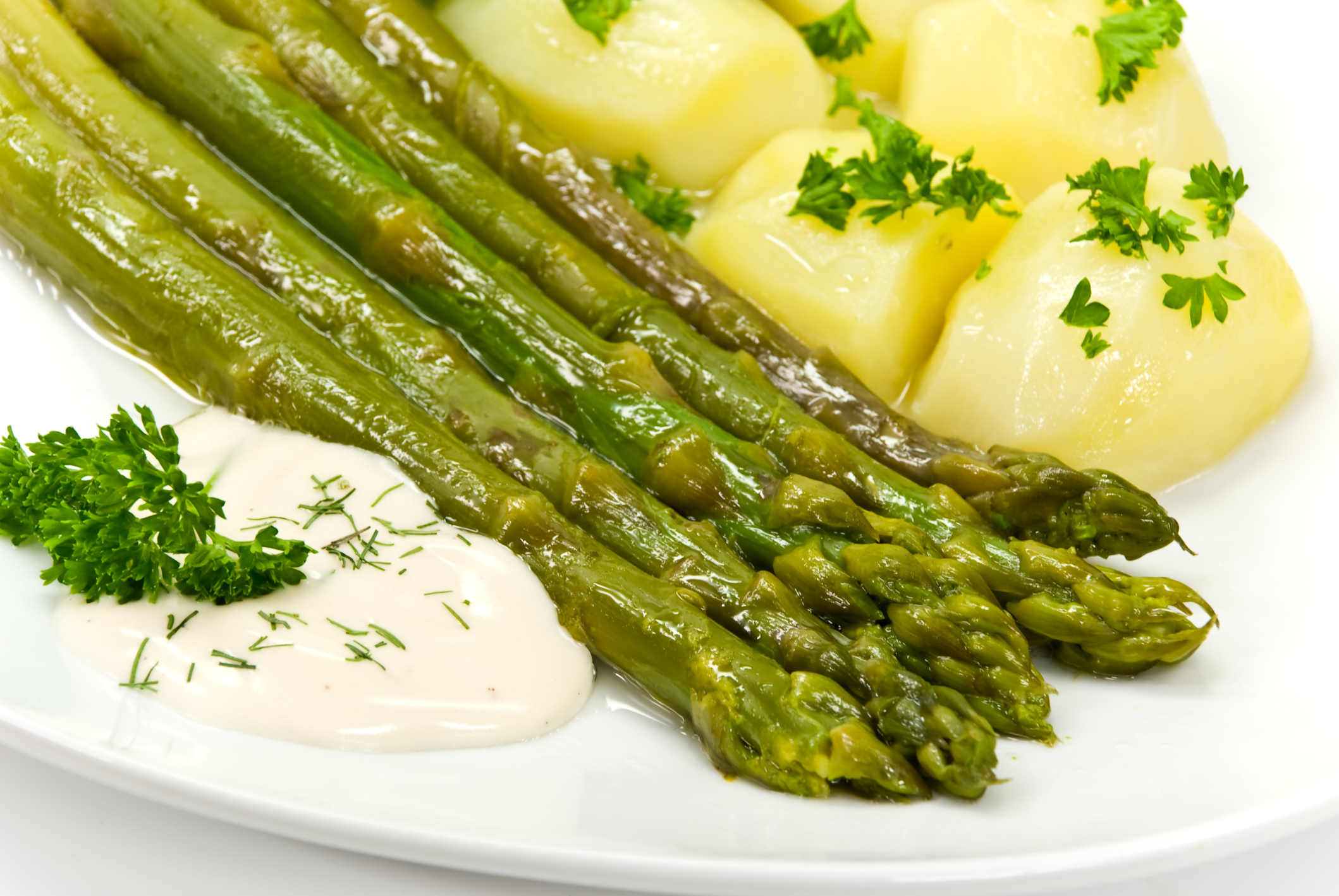 Espárragos verdes con patatitas nuevas