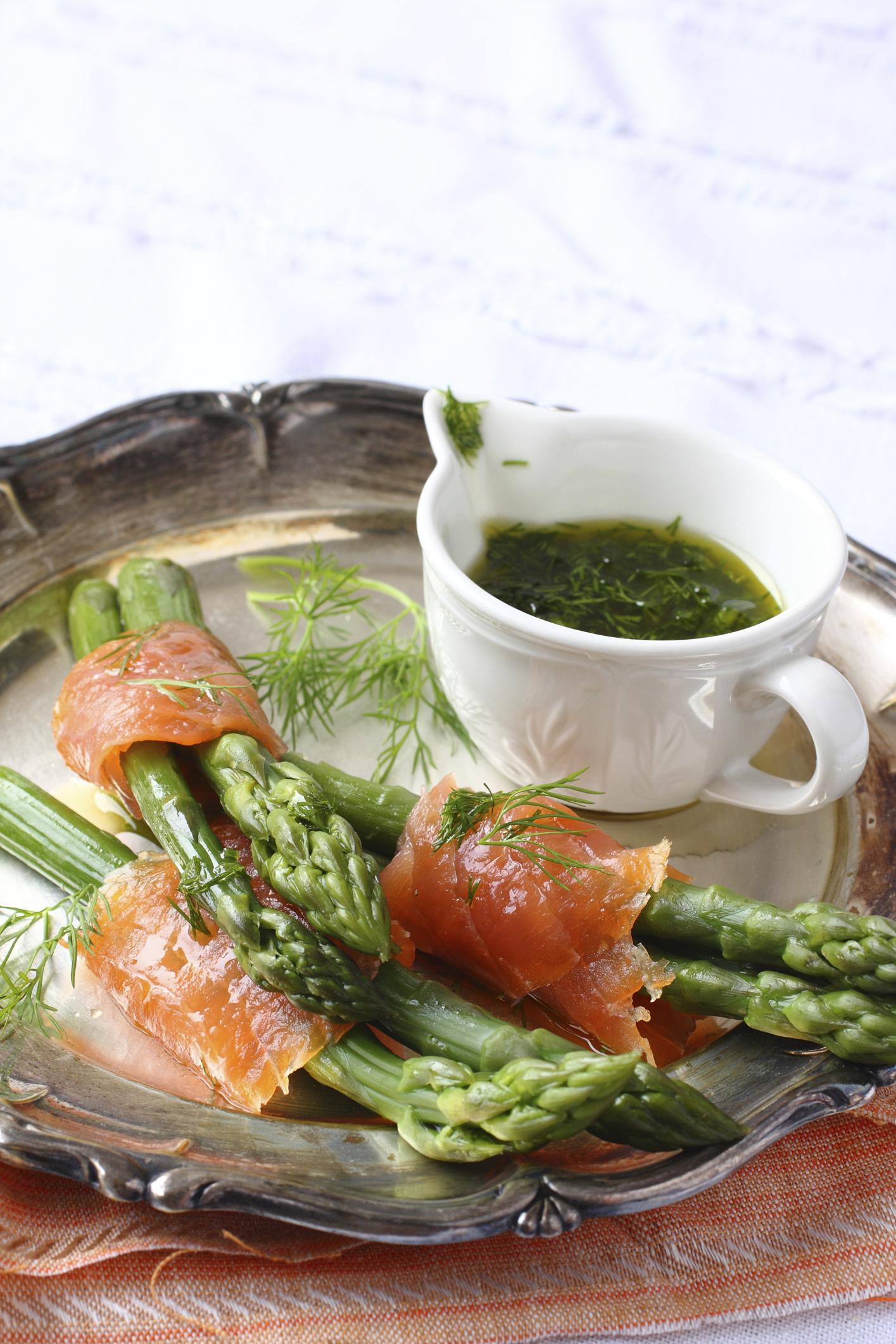 Espárragos con salmón y salsa de eneldo
