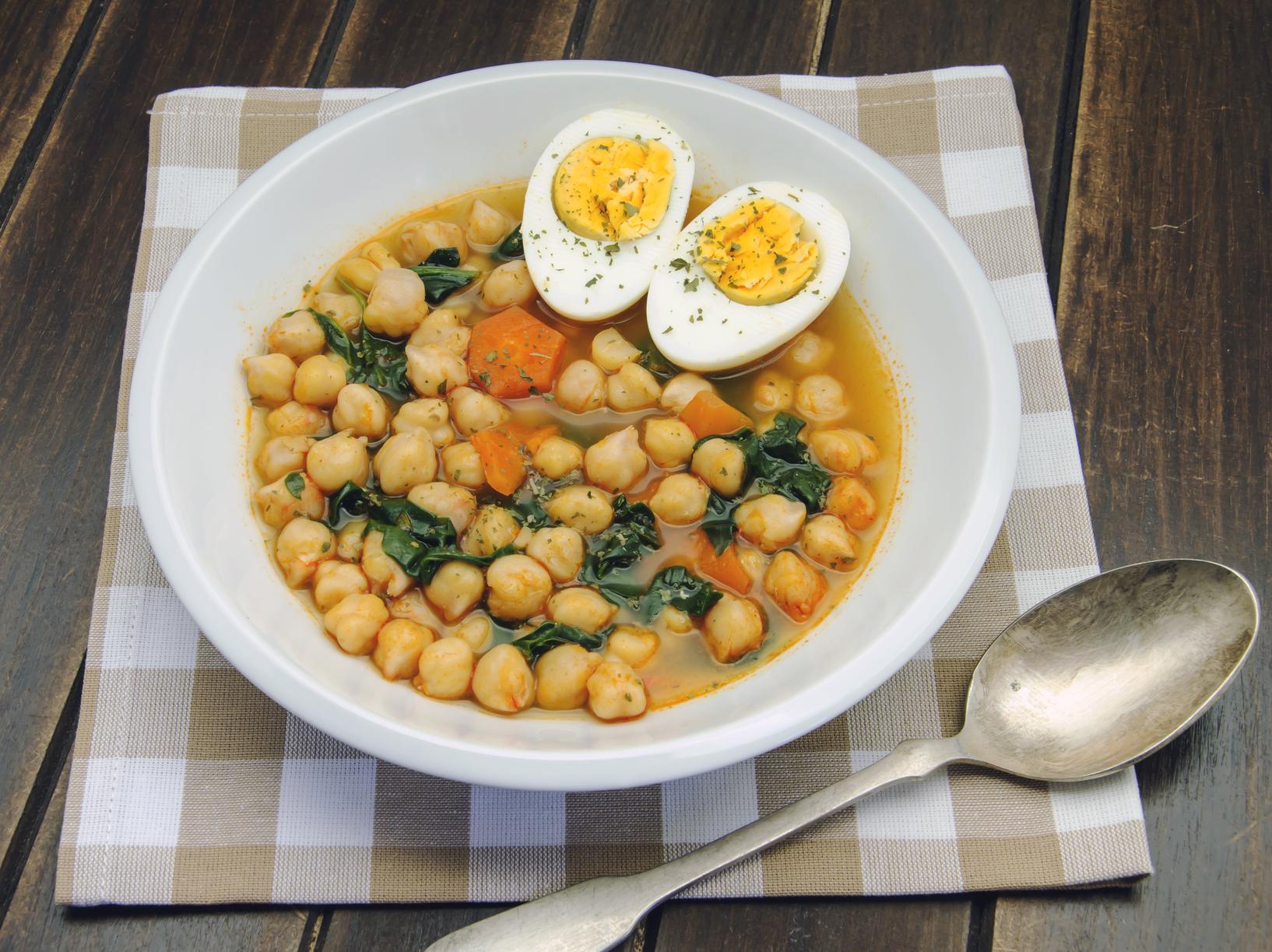 Espinacas con garbanzos y huevo