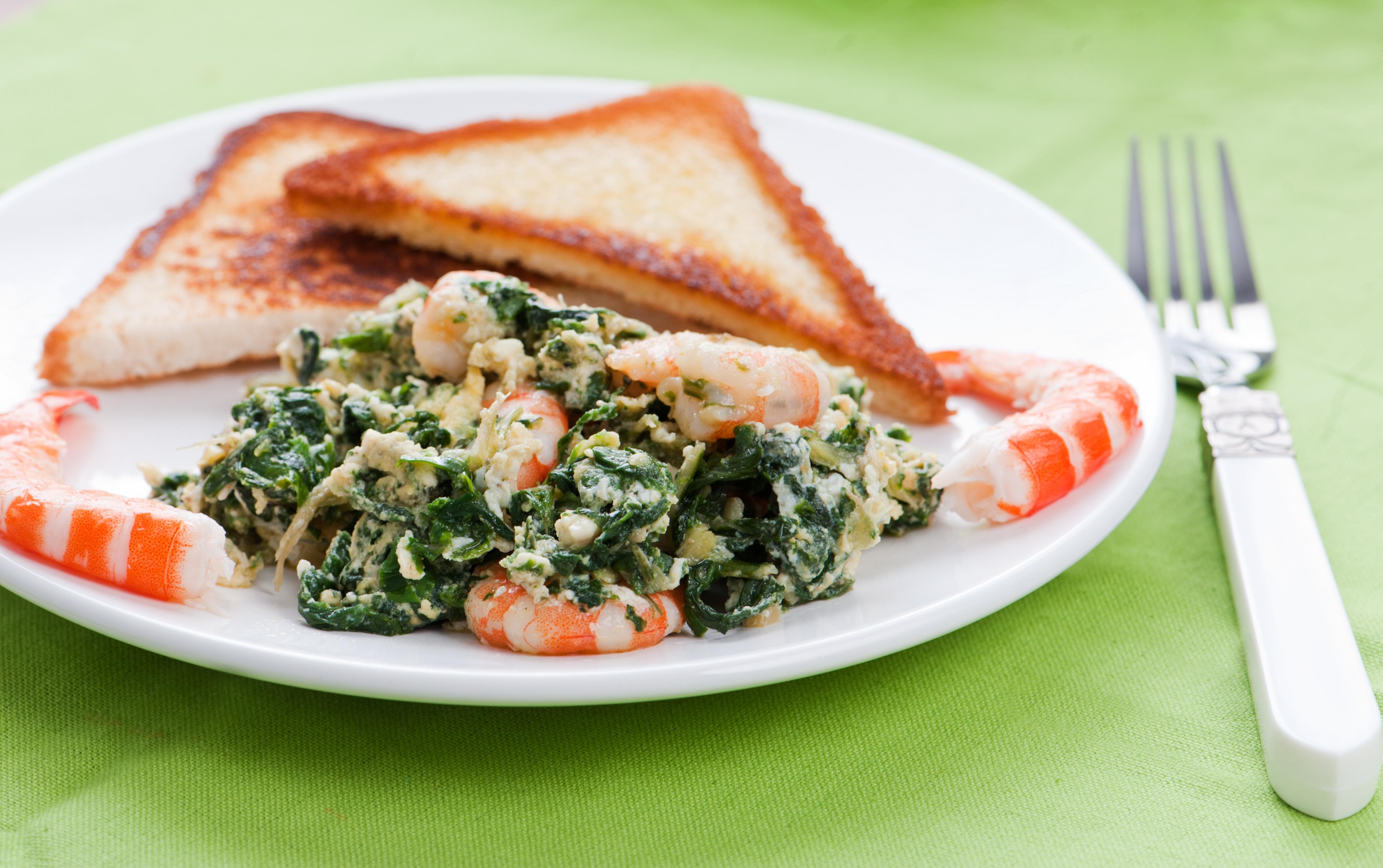 Espinacas con marisco y huevo