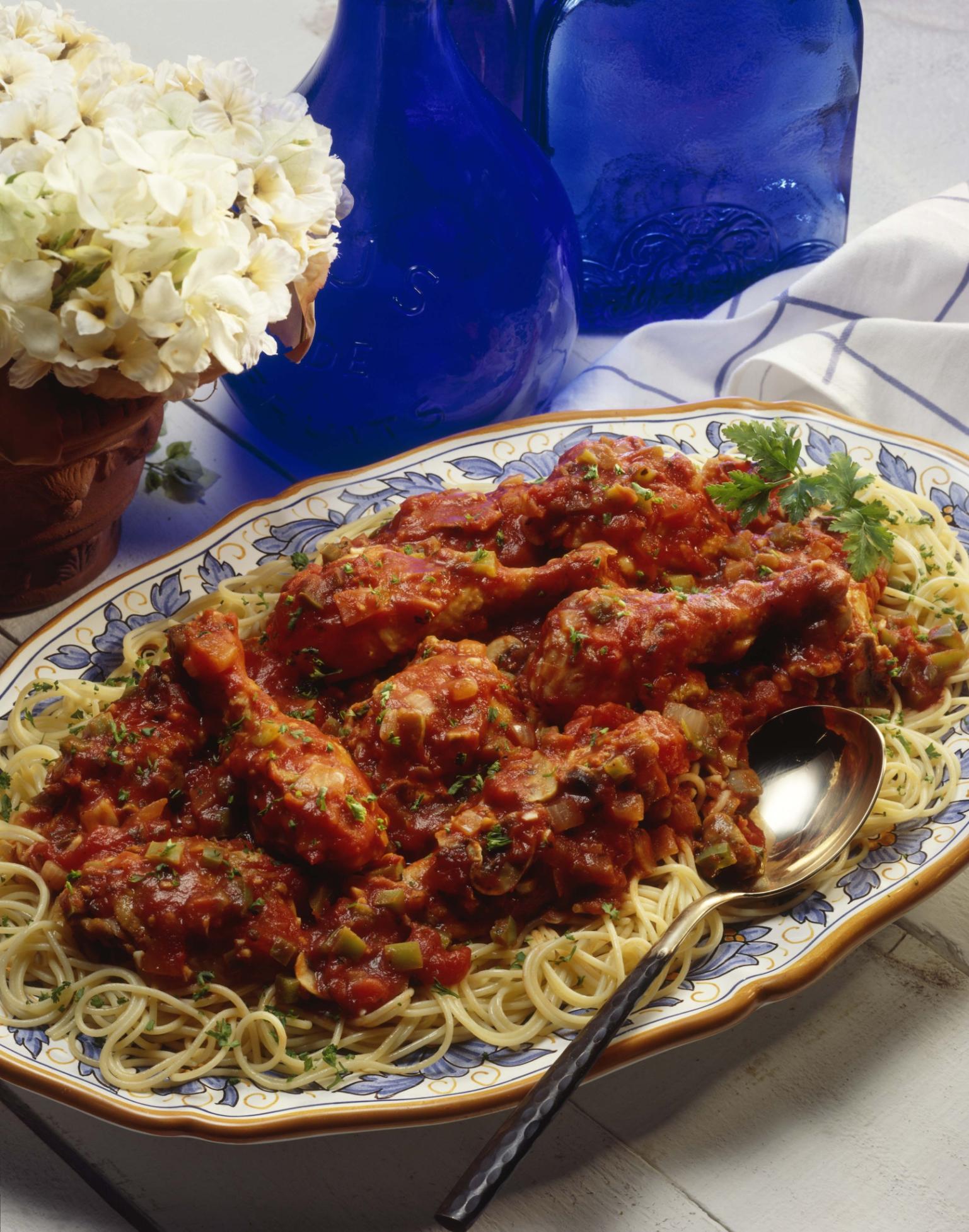Estofado de pollo con verduras y fideos largos