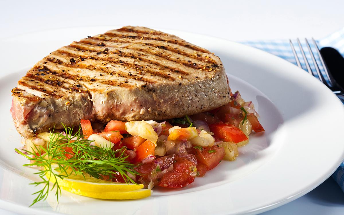 Filete de atún al grill con ensalada de verano