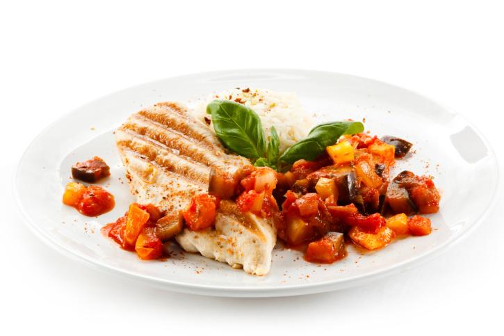 Filetes de pollo a la mostaza con vegetales asados bajo colesterol