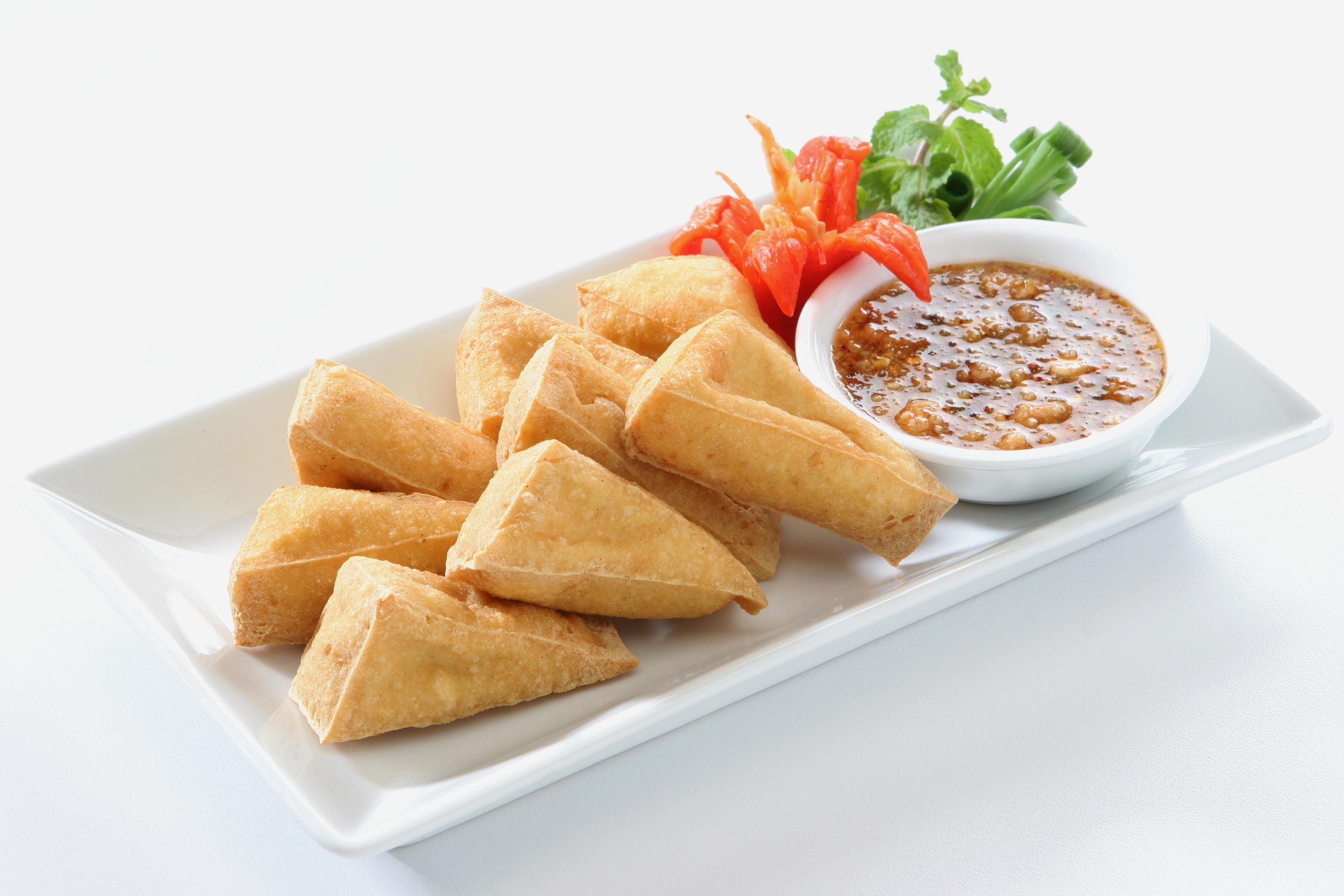 Tofu frito con salsa de cacahuetes picante