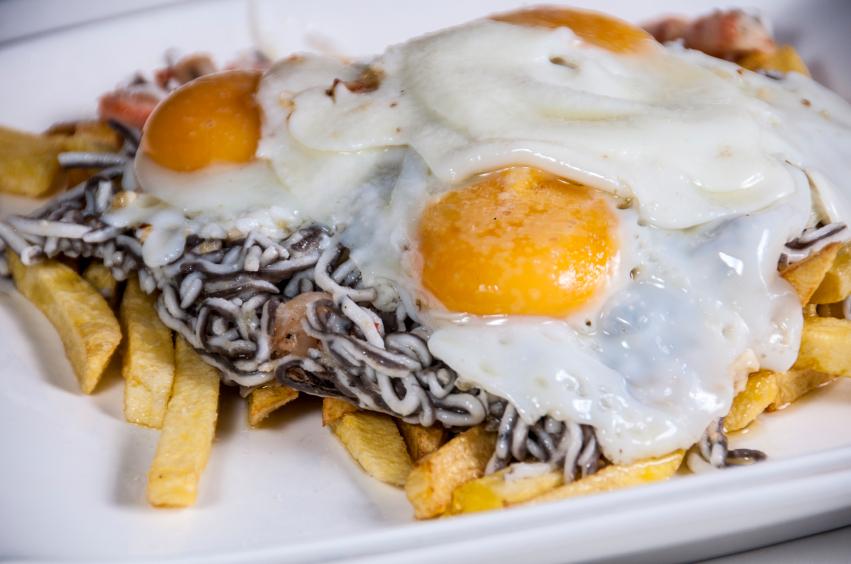 Gulas con huevos fritos