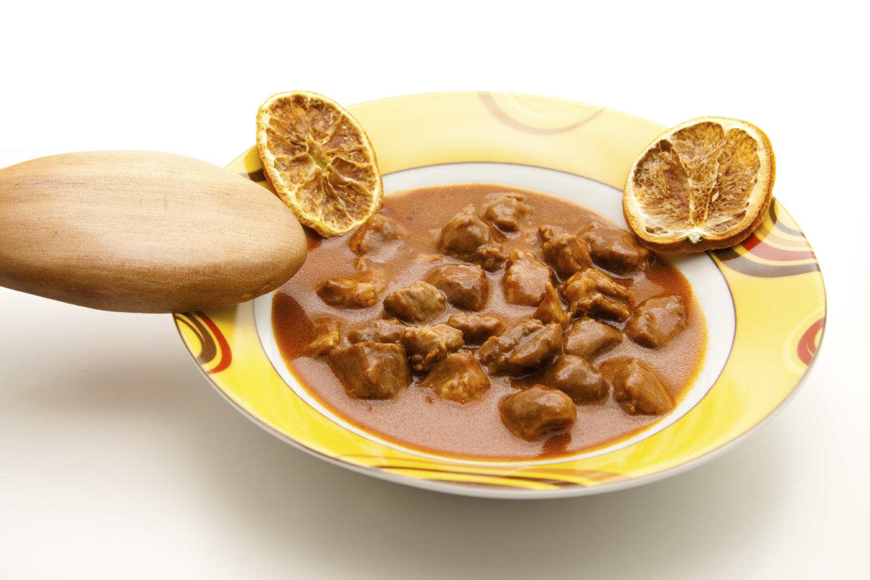 Ternera guisada en salsa de pimentón