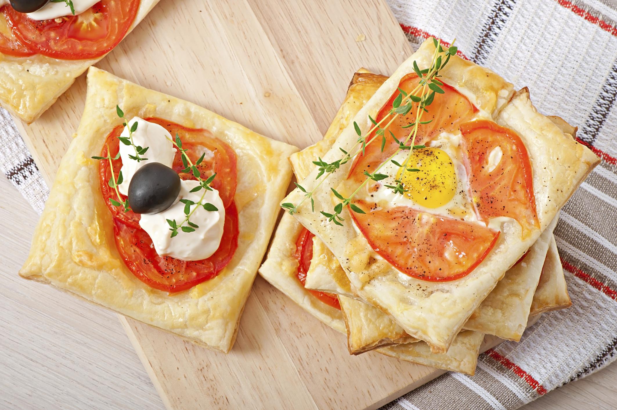 Hojaldre de tomate, queso y huevo