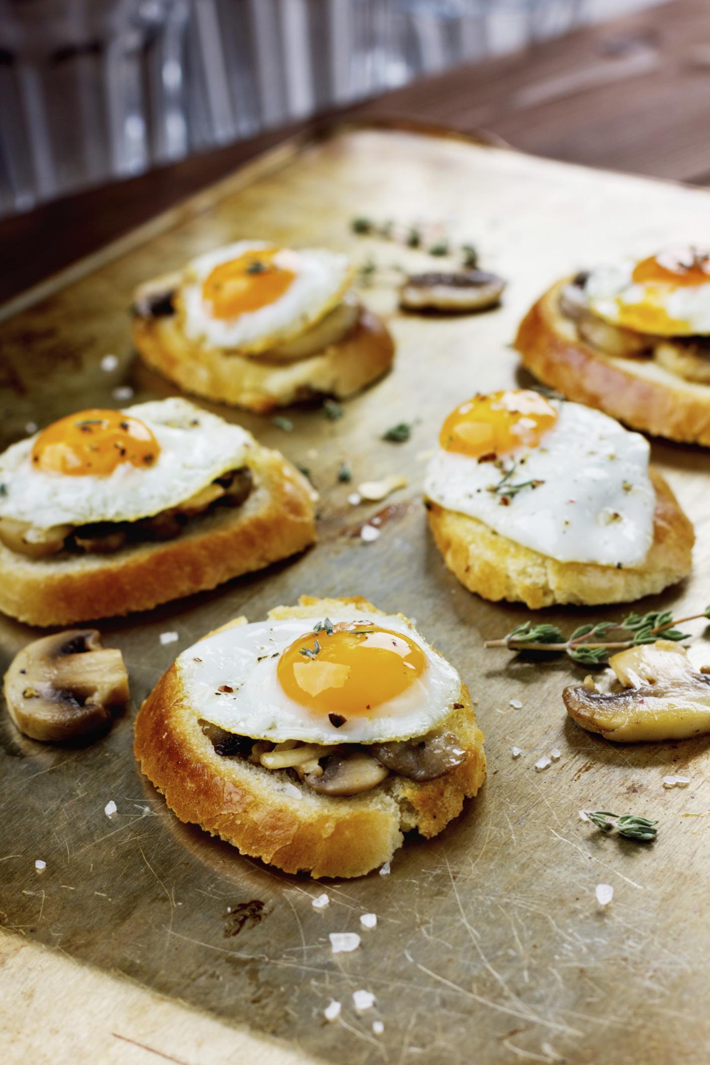 Huevos de codorniz con champiñones