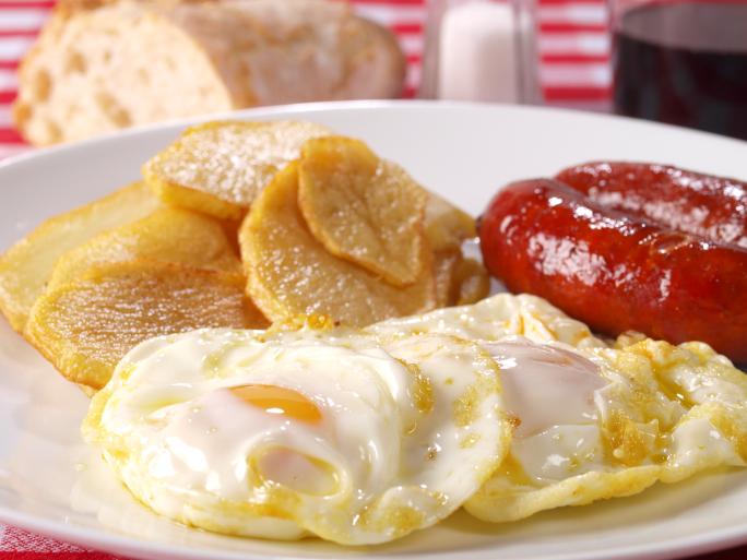 Huevos con chistorras y patatas fritas