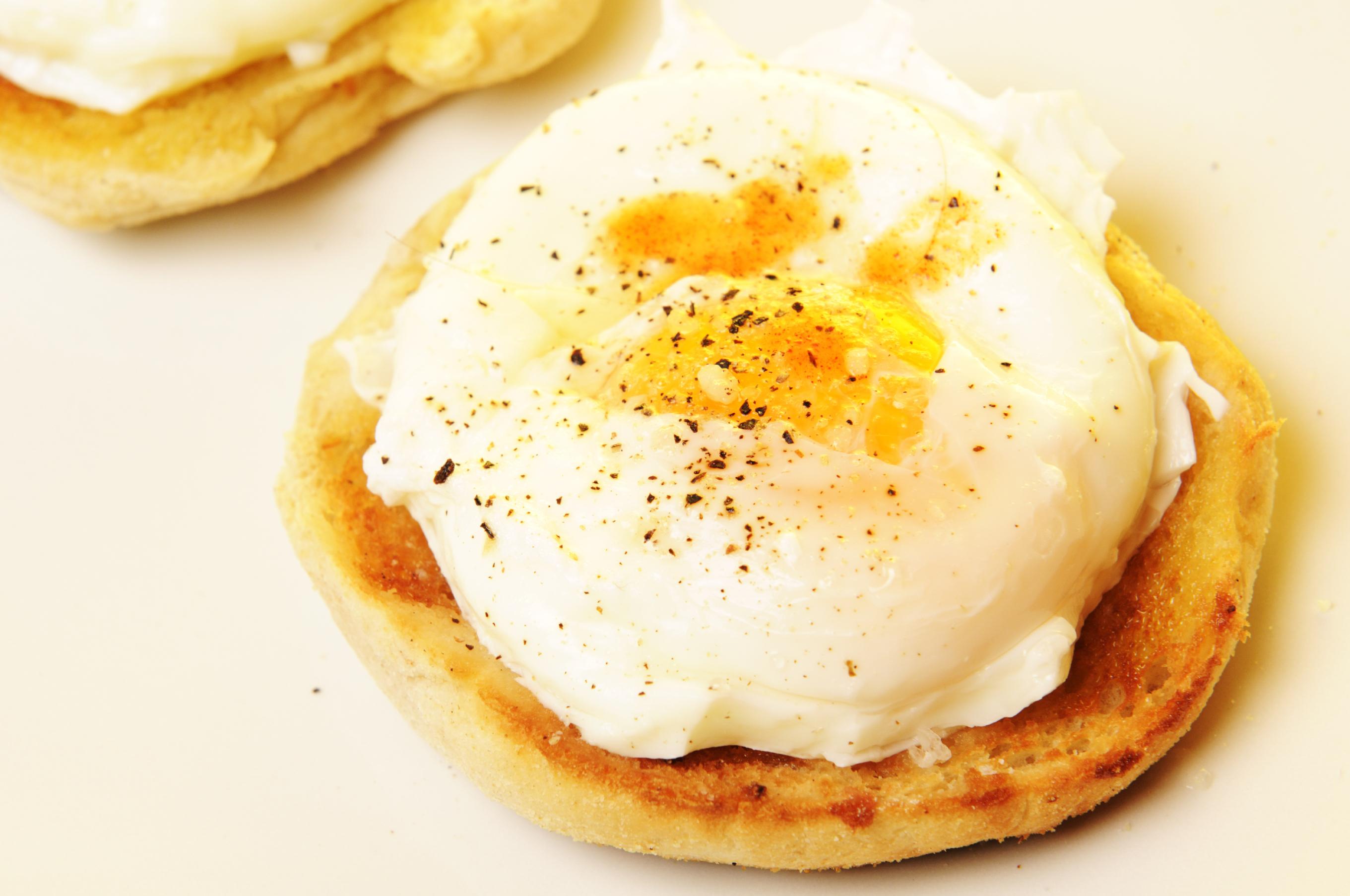 Huevos escalfados en gelatina