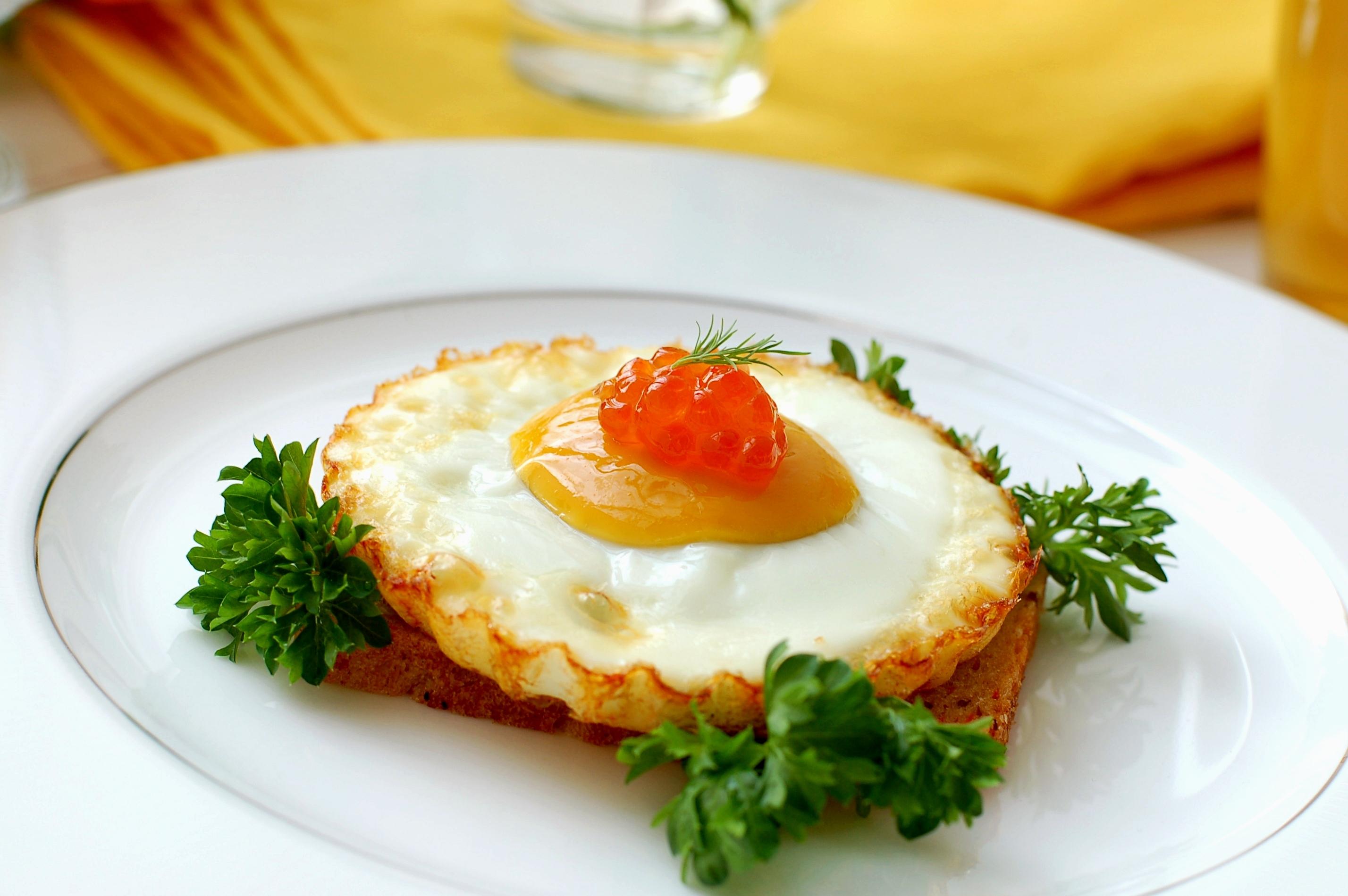 Huevos fritos con caviar