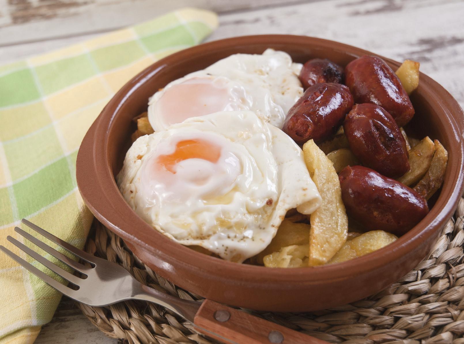 Huevos fritos con chorizo salmantino