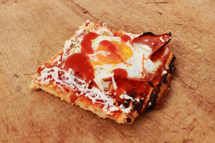 Pizza de huevos fritos con chorizo