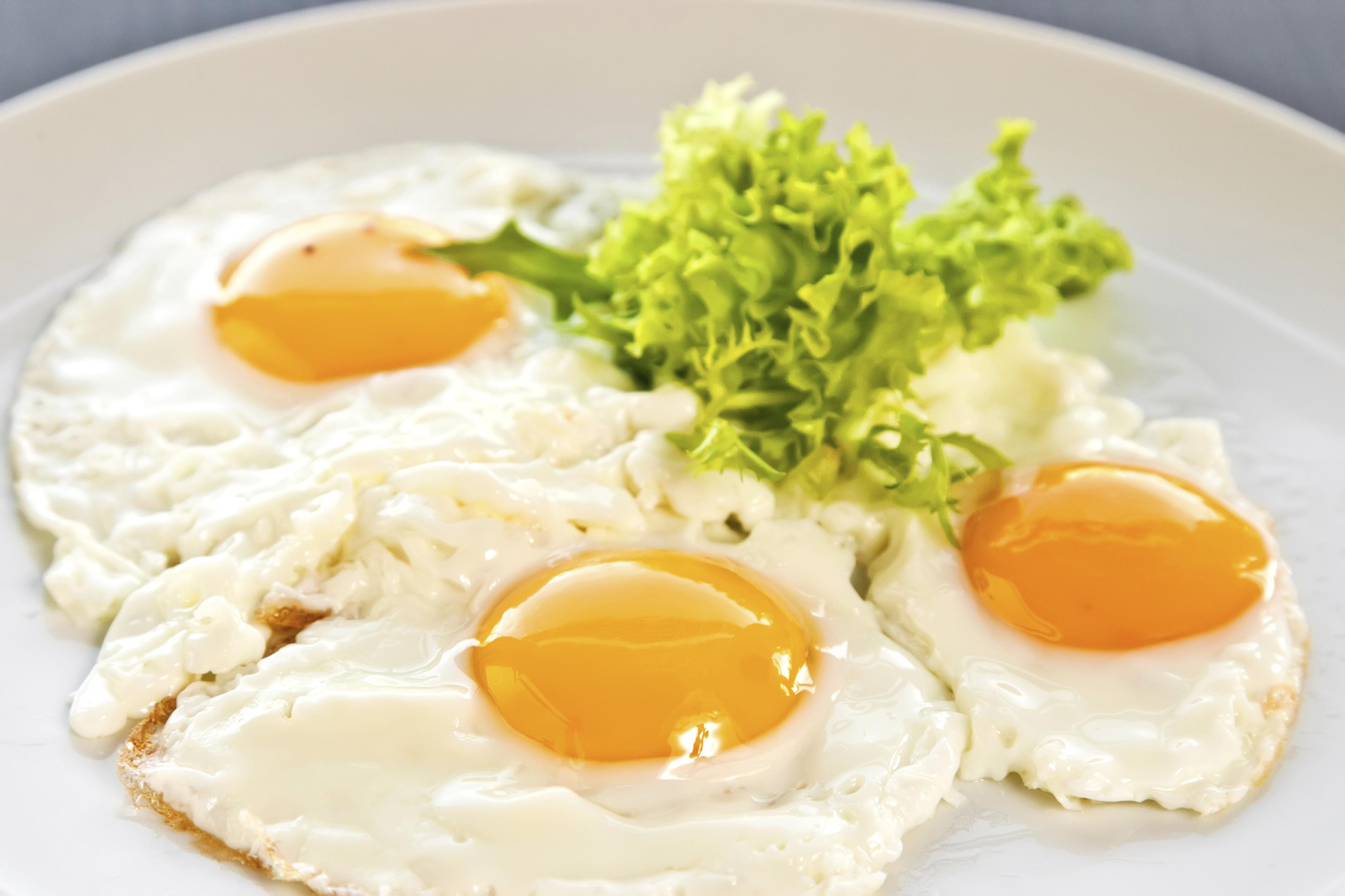 Huevos fritos en aceite de ajo
