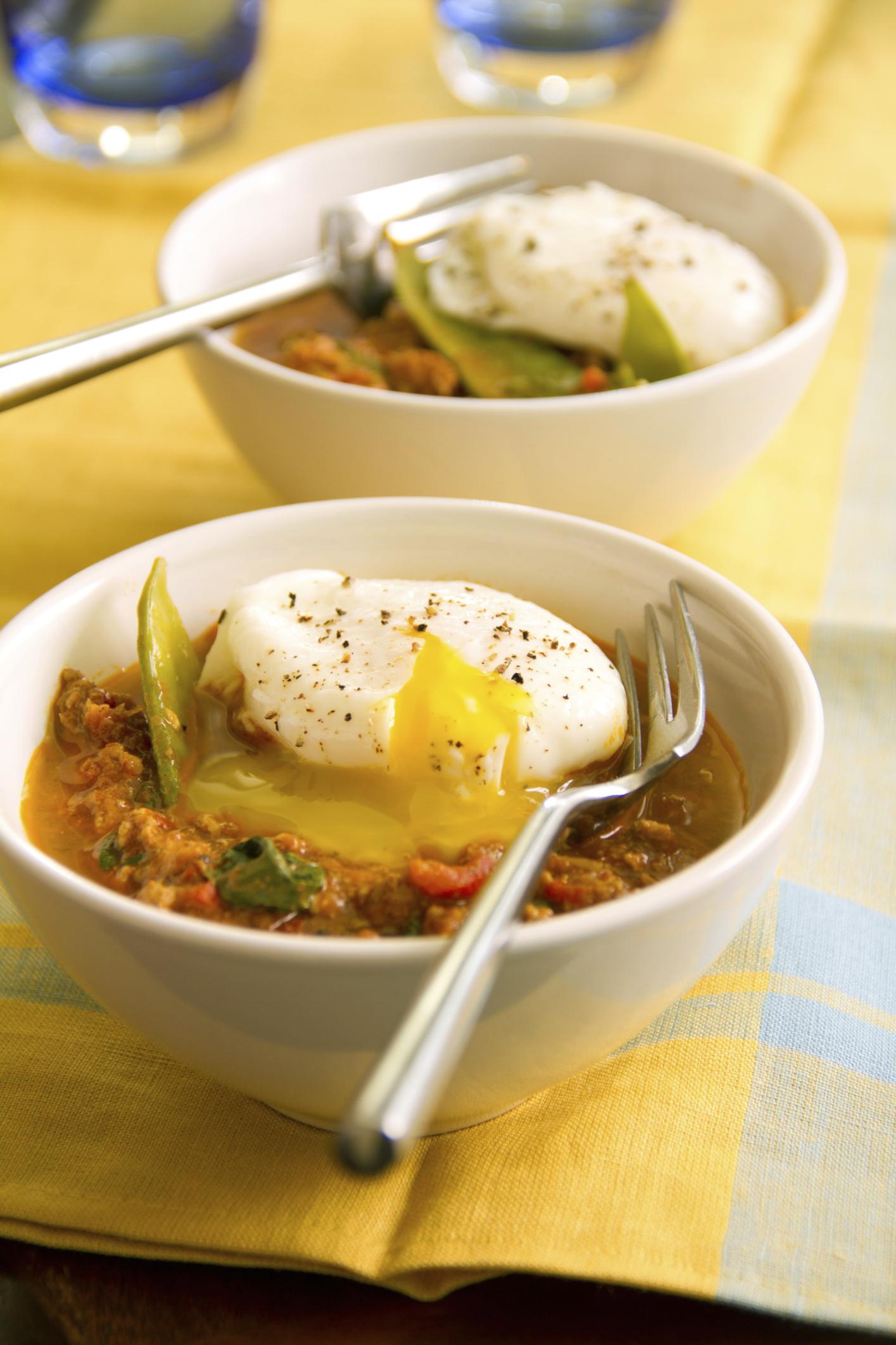 Huevos pochés con guarnición al curry
