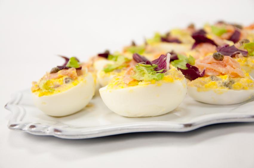 Huevos rellenos de salmón ahumado, salsa rosa y atún