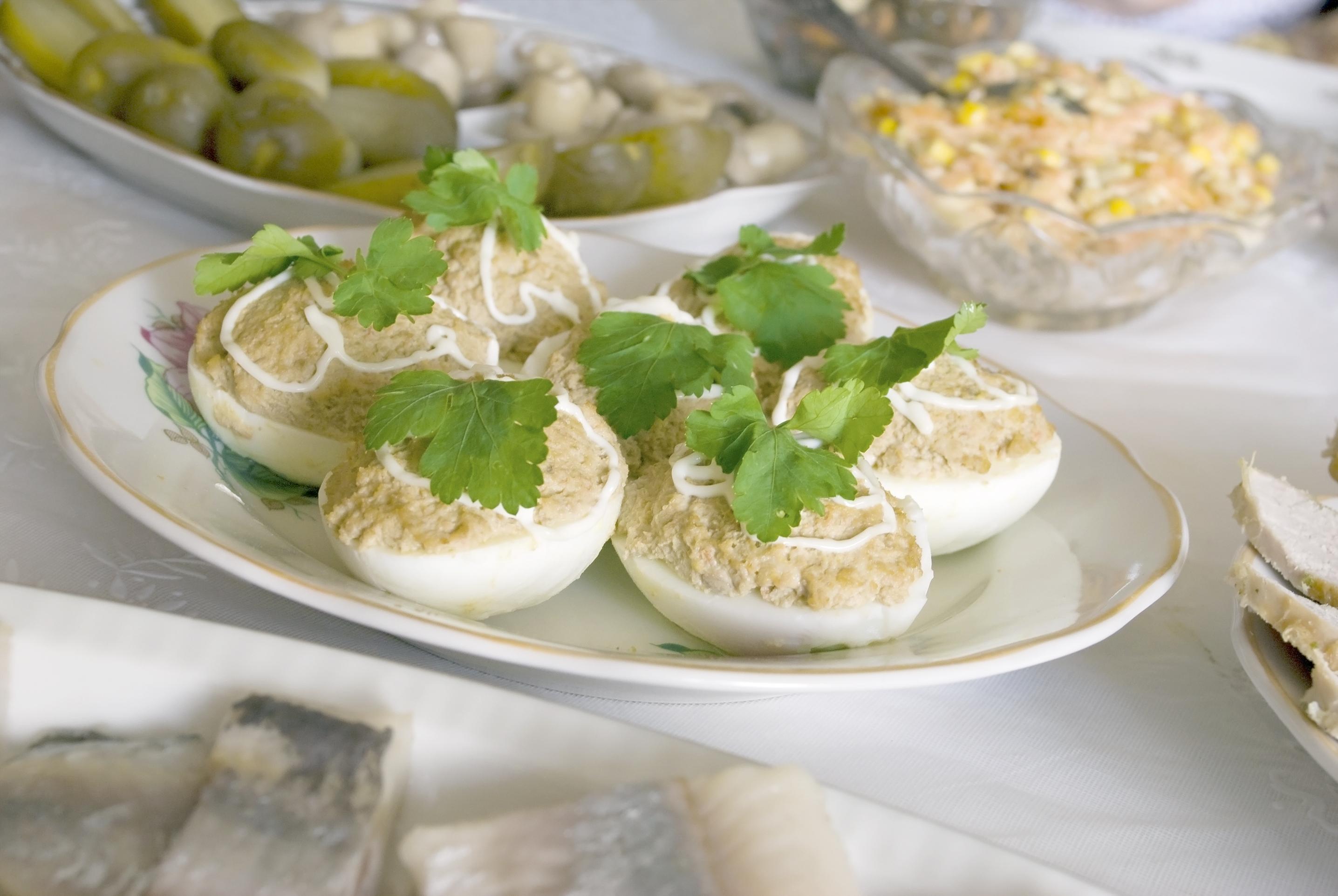 Huevos rellenos con jamón y perejil