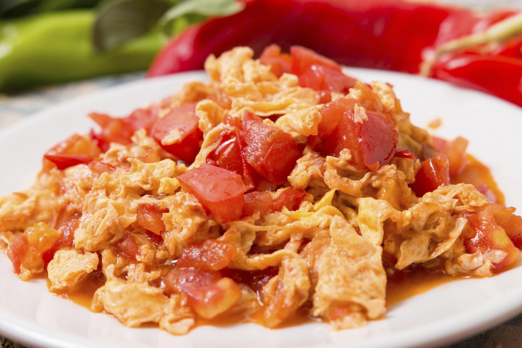 Huevos revueltos con tomate y atún