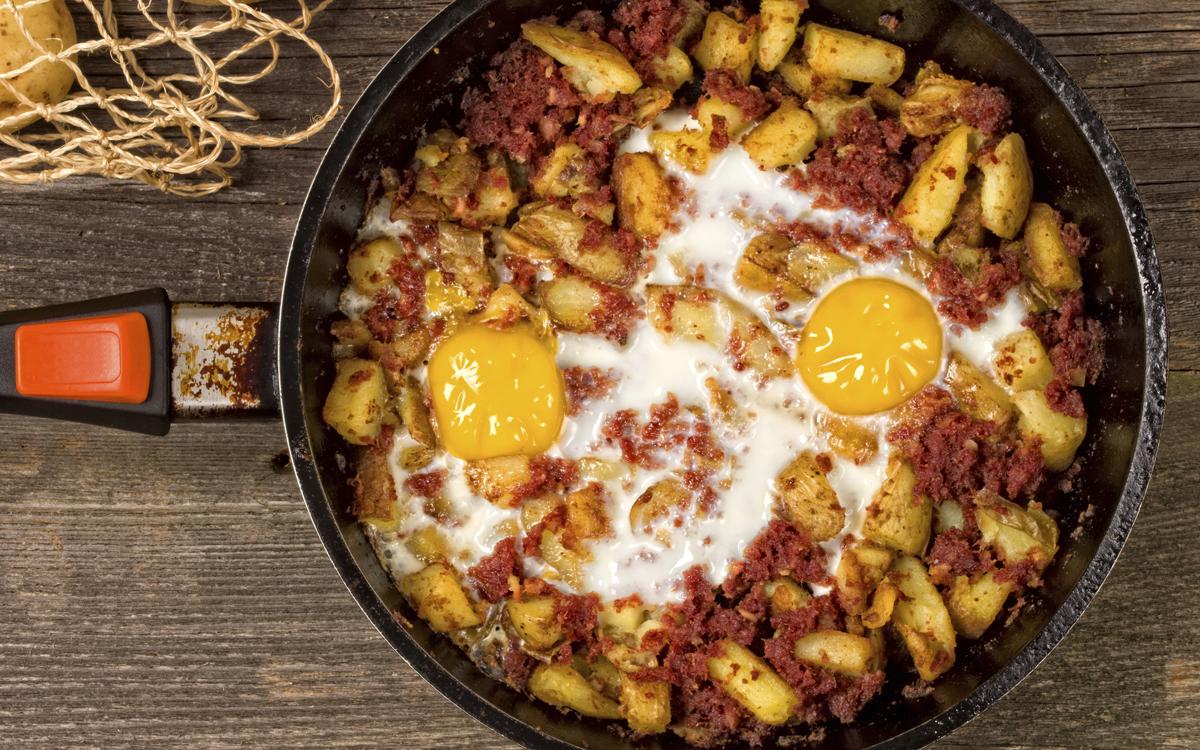 Huevos al plato con patatas y picadillo