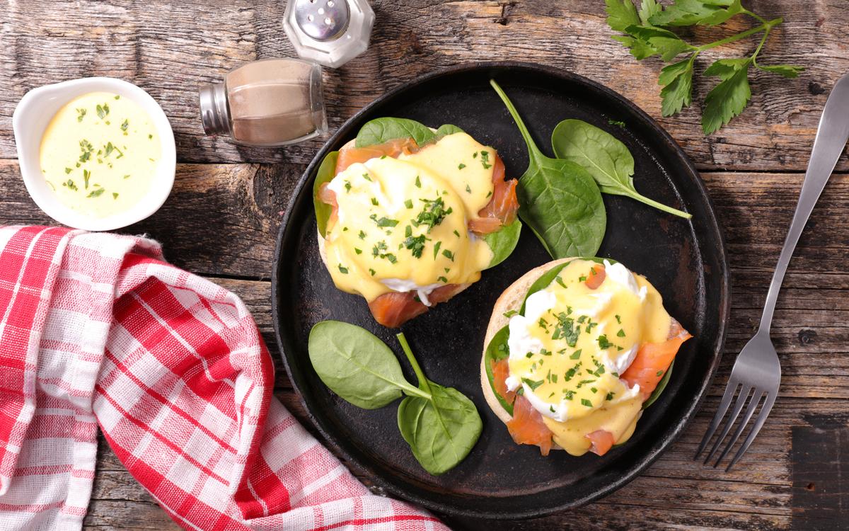 Huevos poché con salmón y salsa holandesa