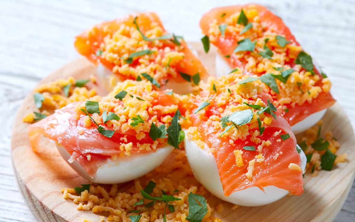 Huevos rellenos con salmón ahumado
