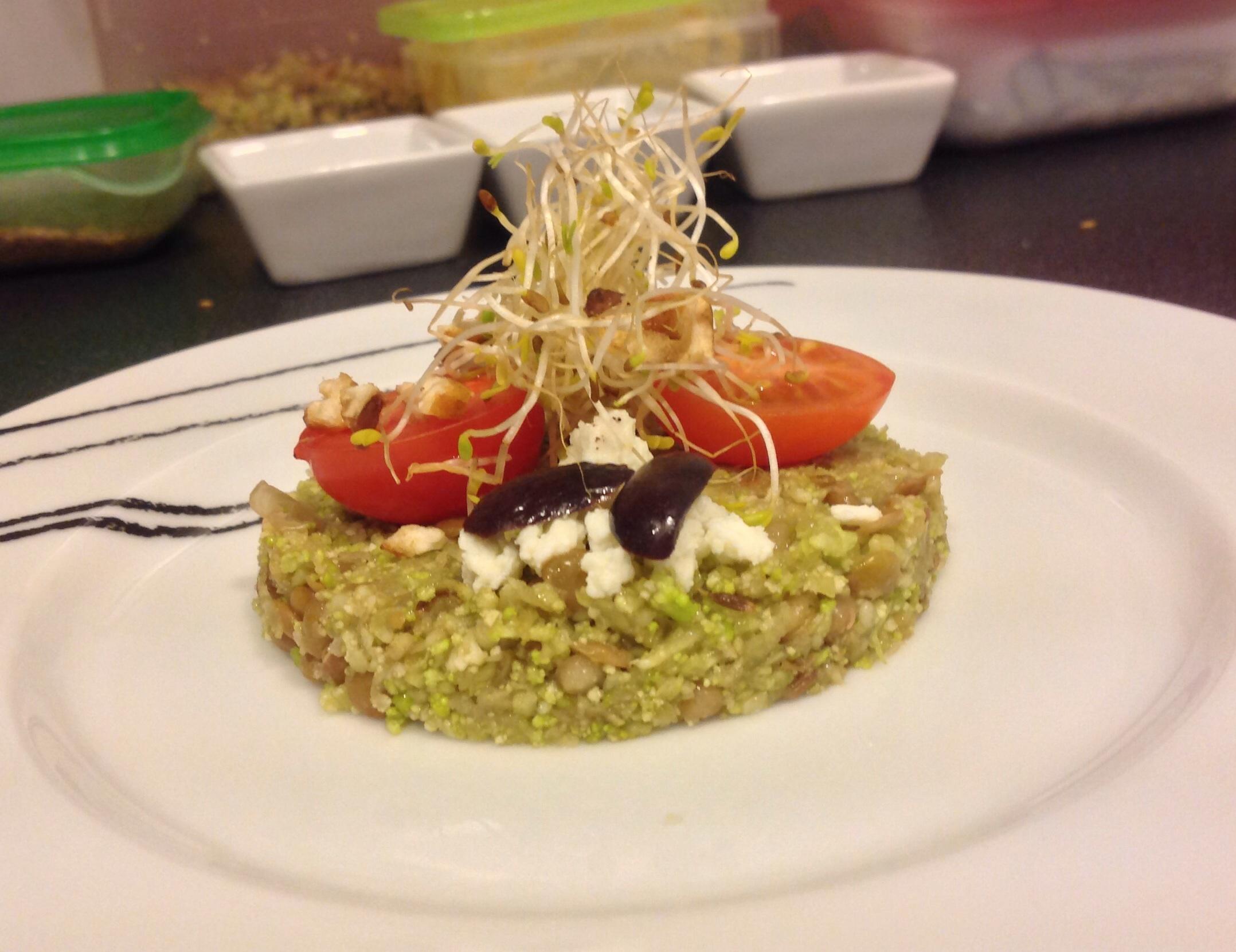 Ensalada de brocoli, quinoa y lentejas con vinagreta de comino
