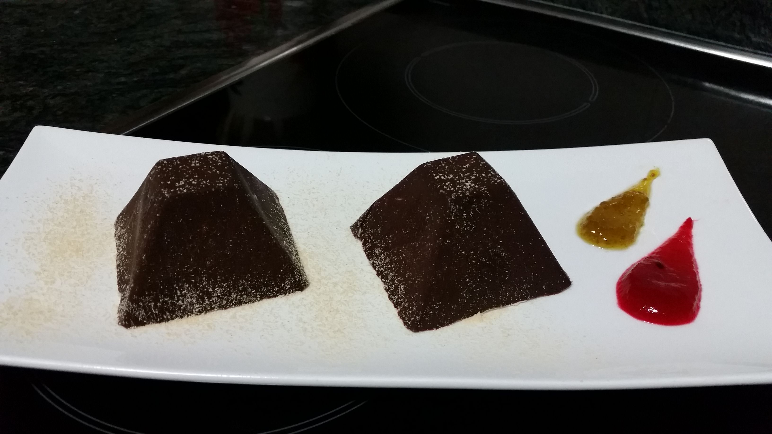 PIRÁMIDE DE CHOCOLATE RELLENA DE MOUSSE DE GOFIO