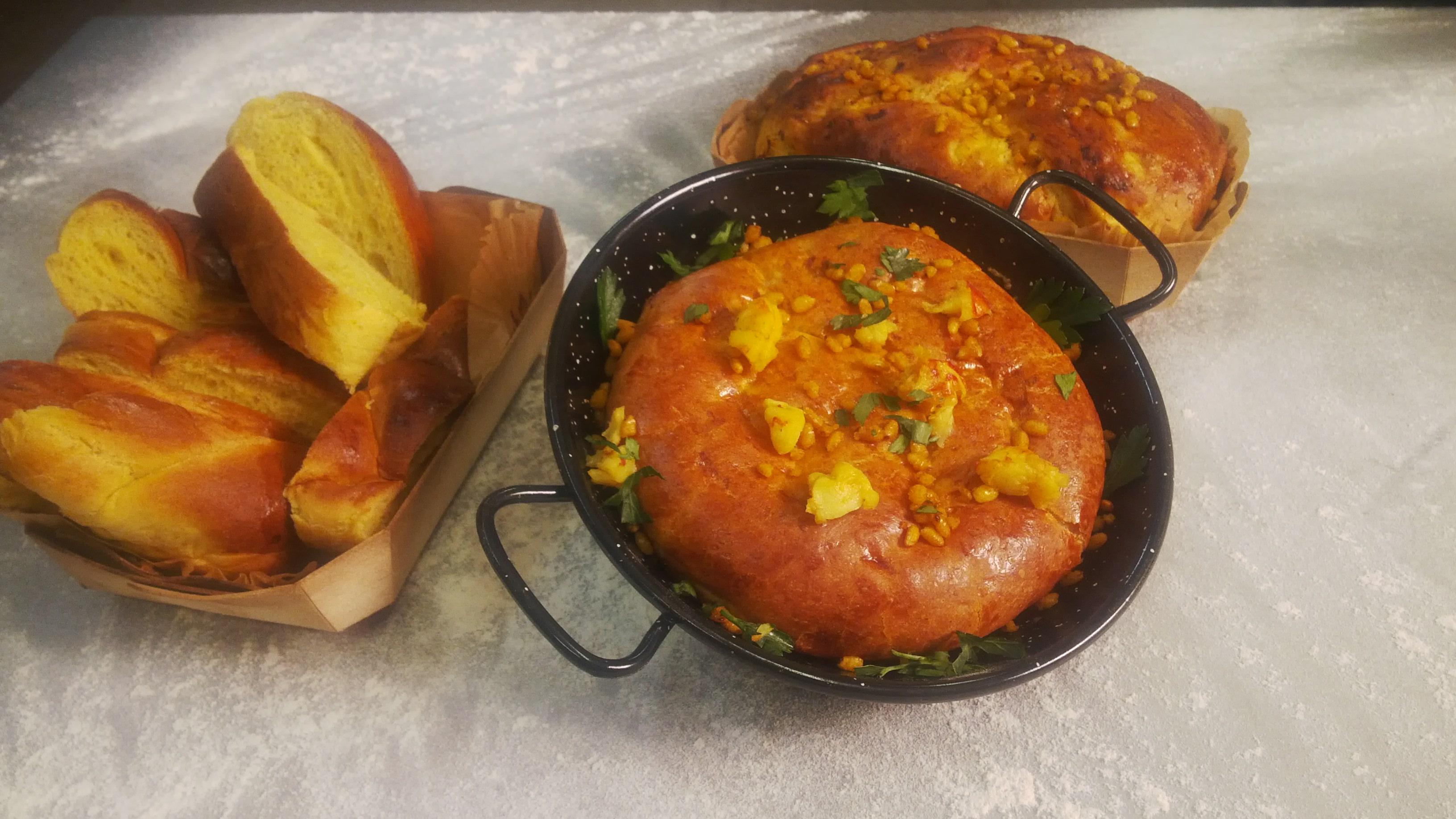Pan de azafrán con falso de paella, arroz y gambas.