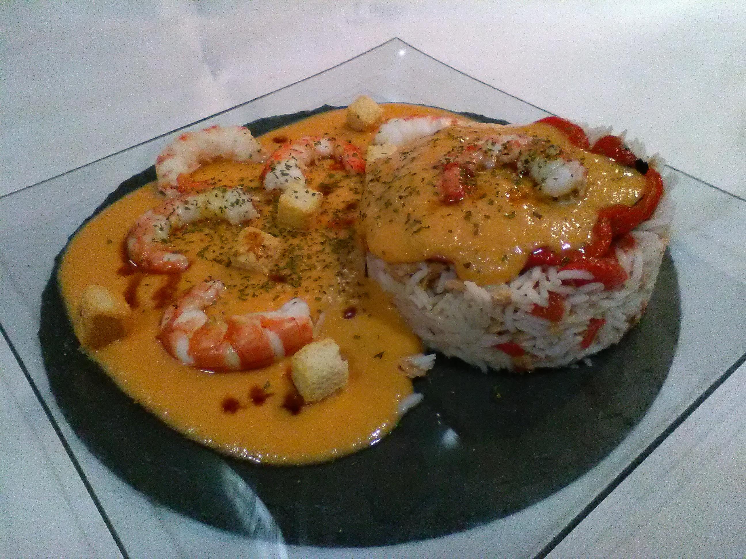 timbal de arroz con gambas atun pimientos y salmorejo