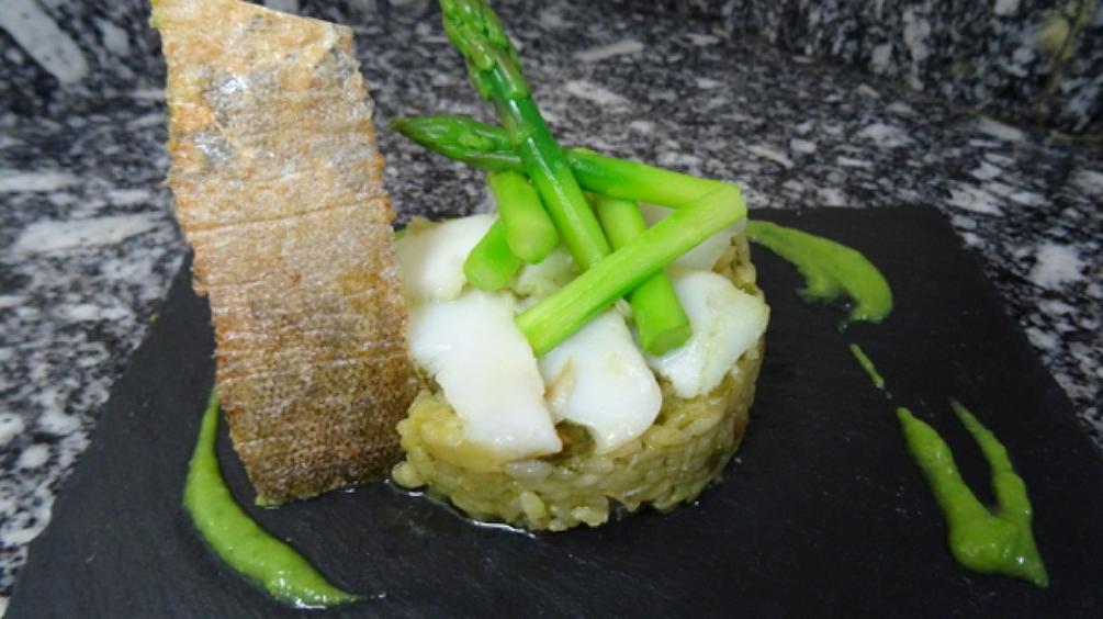 Arroz verde de bacalao con su piel crujiente y espárragos trigueros.