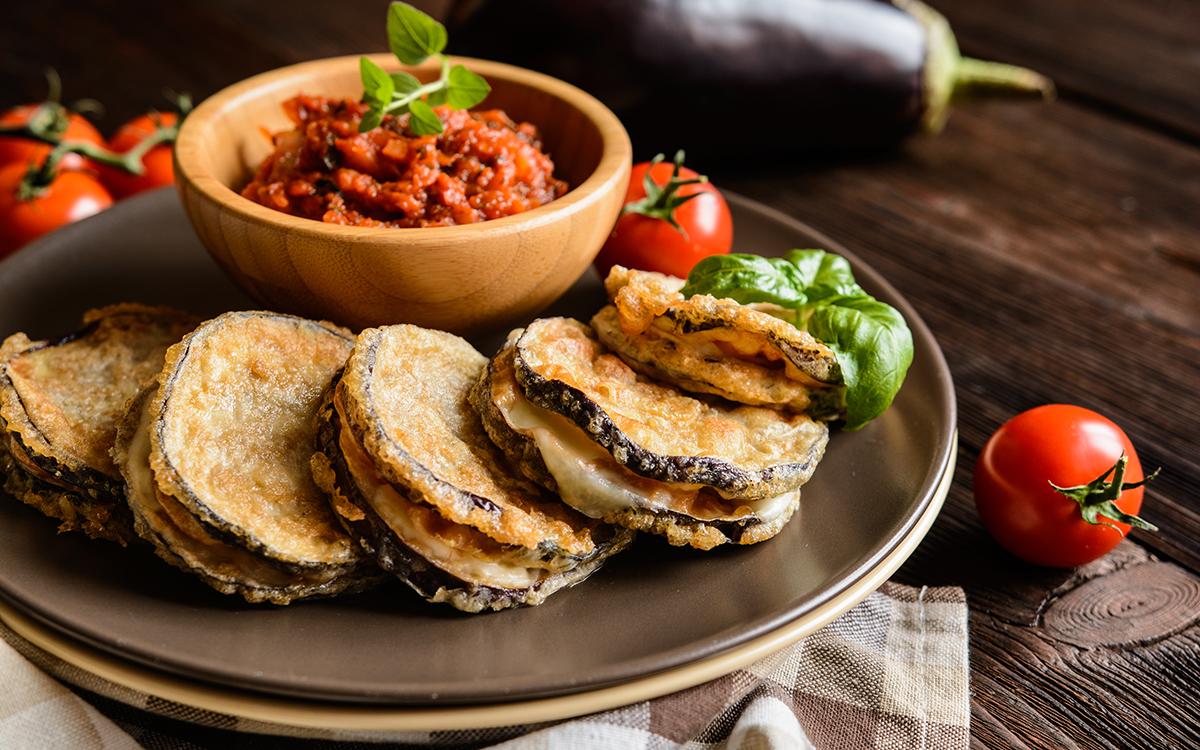 Libritos de berenjena con mozzarella y salsa de tomate
