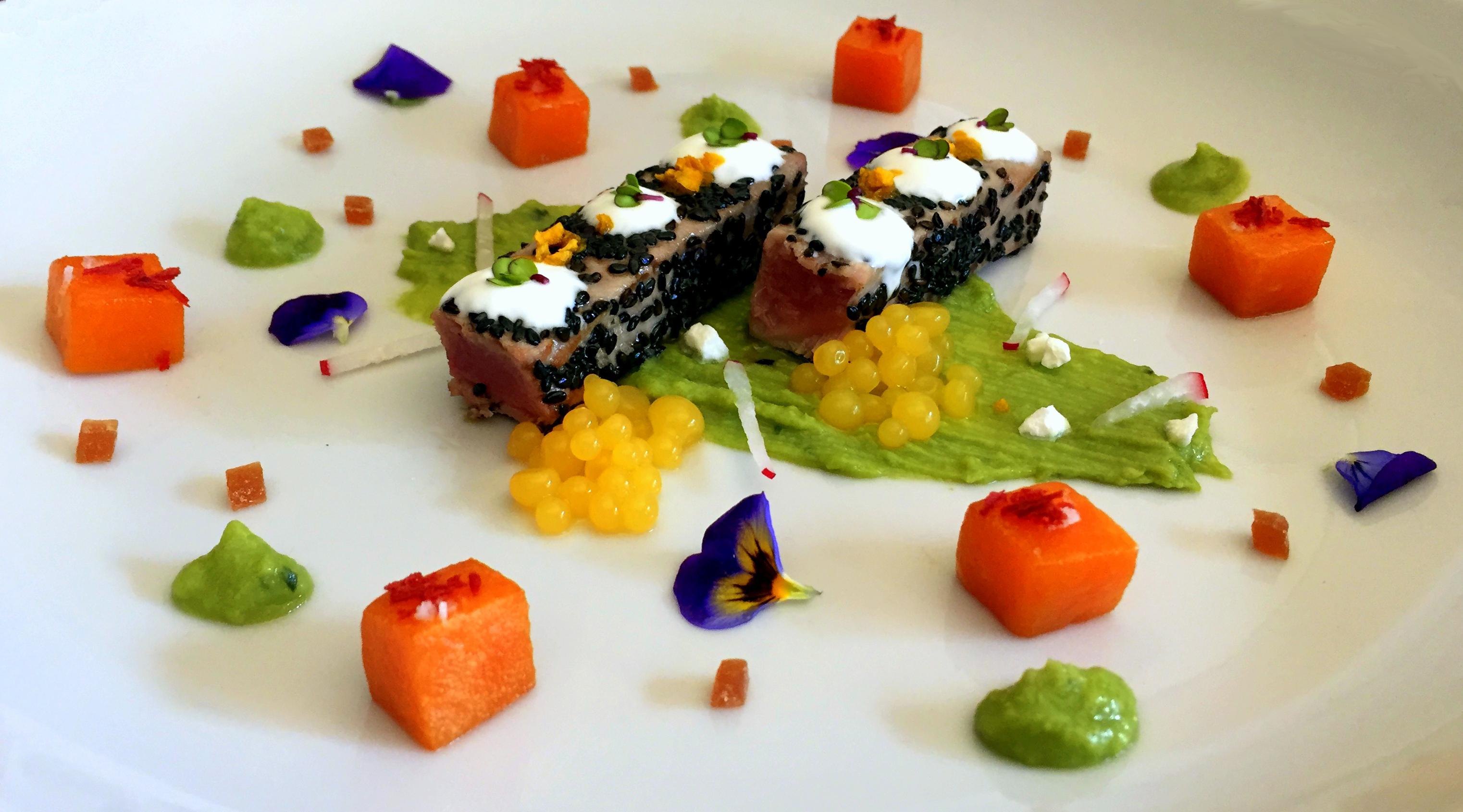 Lingotes de atún rojo con guacamole, calabaza confitada y caviar de mango