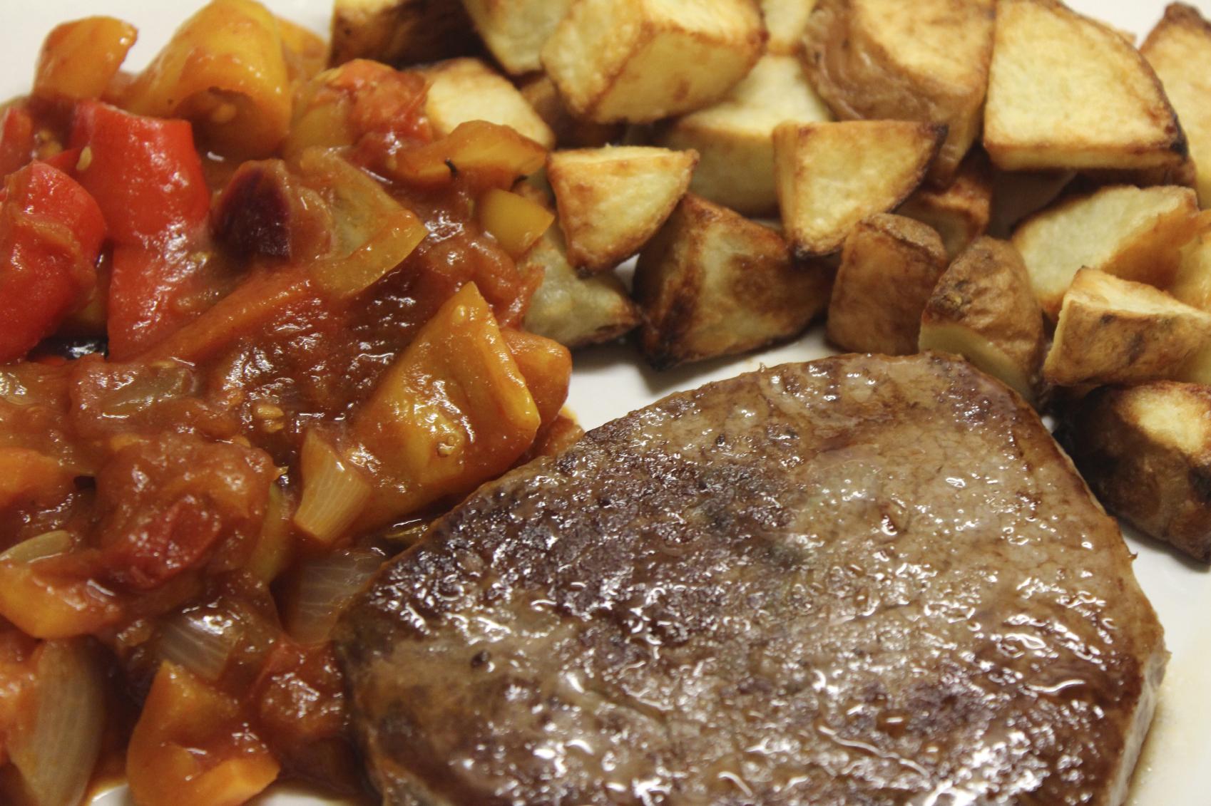 Lomo asado con verduras y patatas
