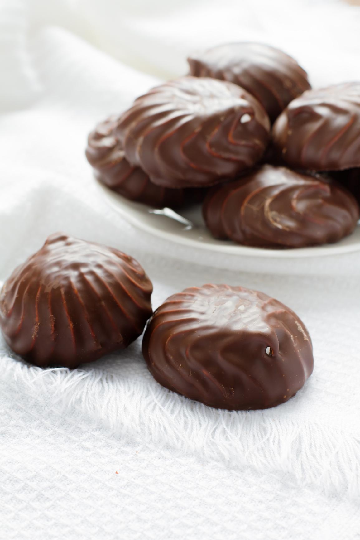 Masitas rellenas de merengue bañadas con chocolate