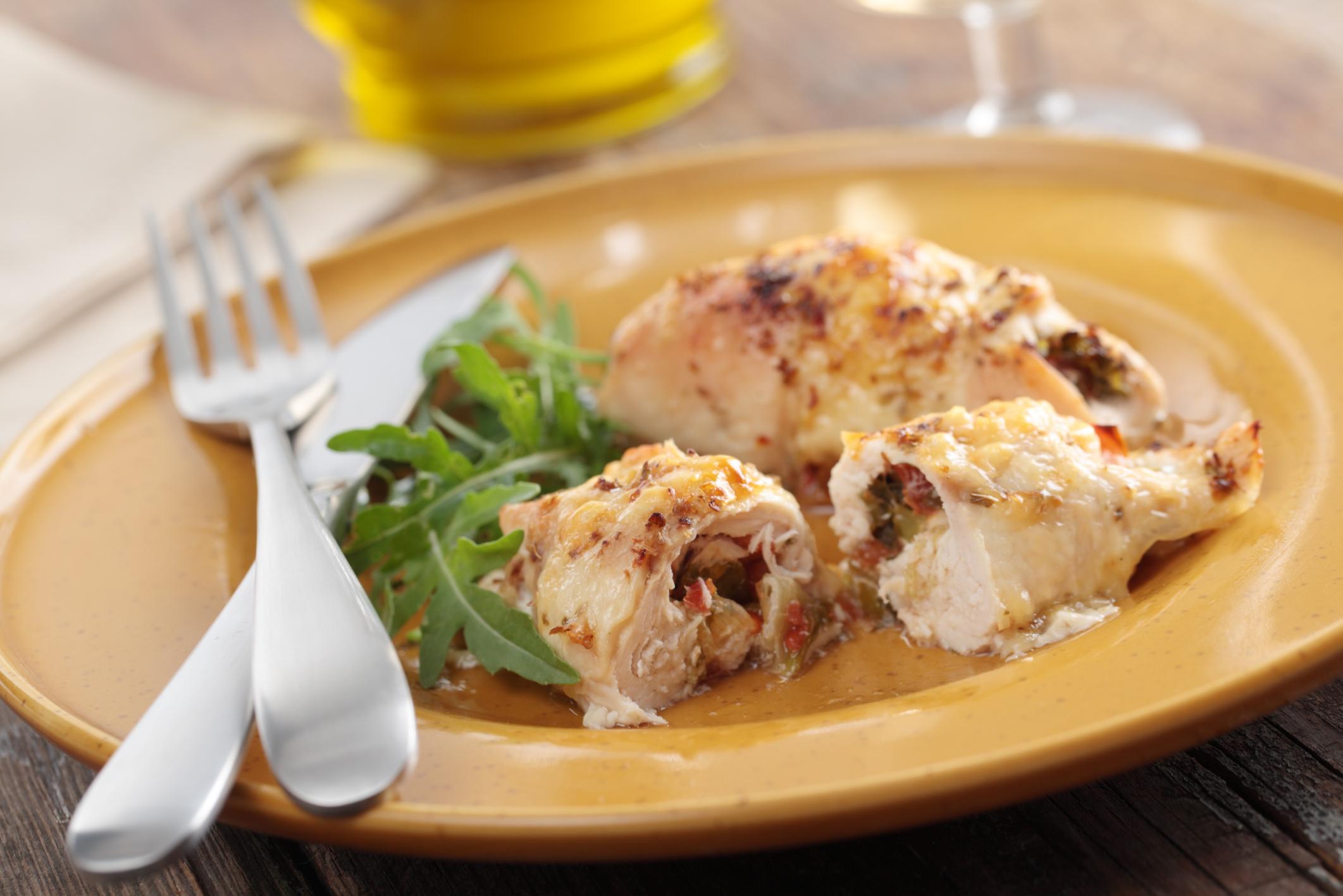 Matambre de pollo con panceta, fontina y ciruelas