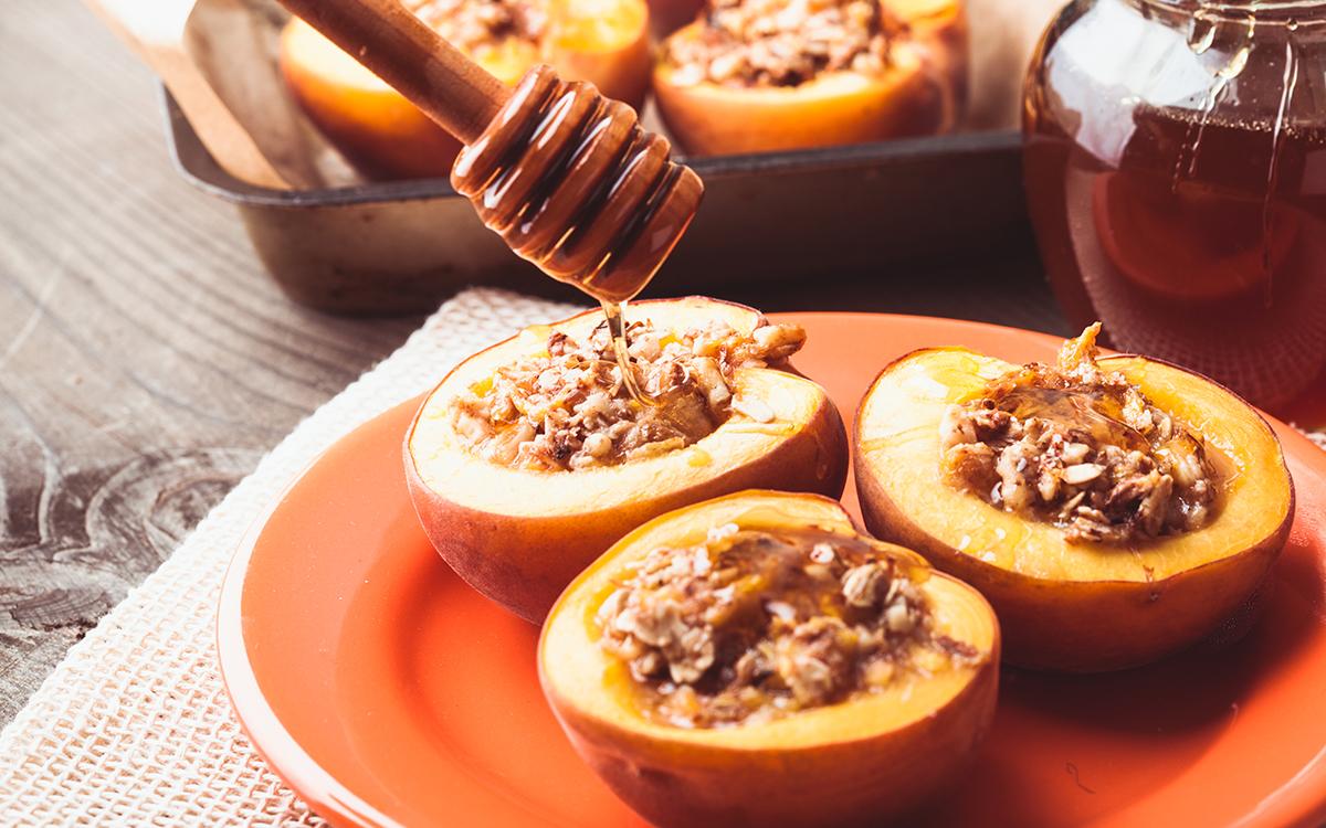 Melocotones al horno rellenos de nueces y miel