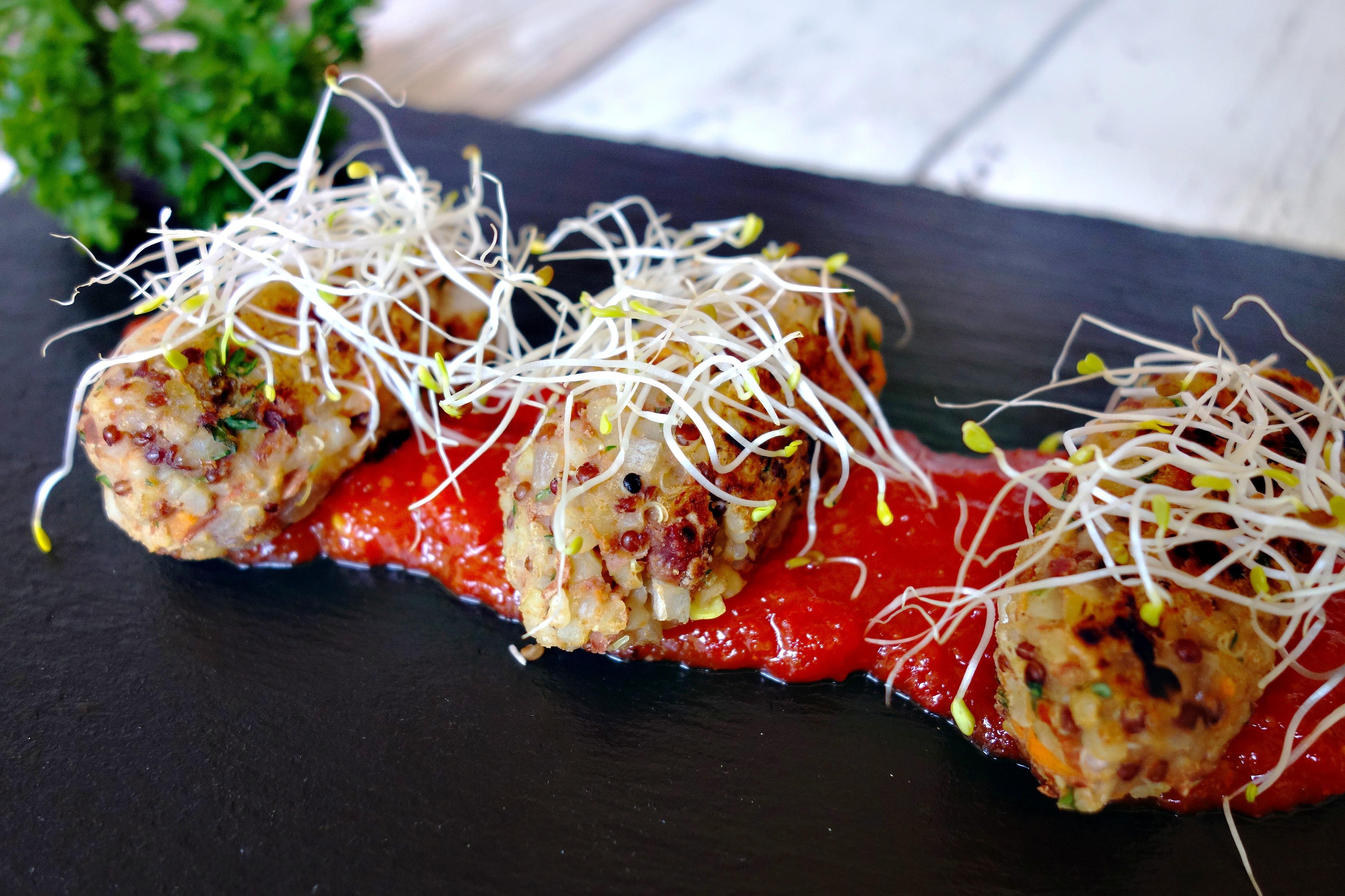 Mini croquetas de quinoa con chutney de tomate