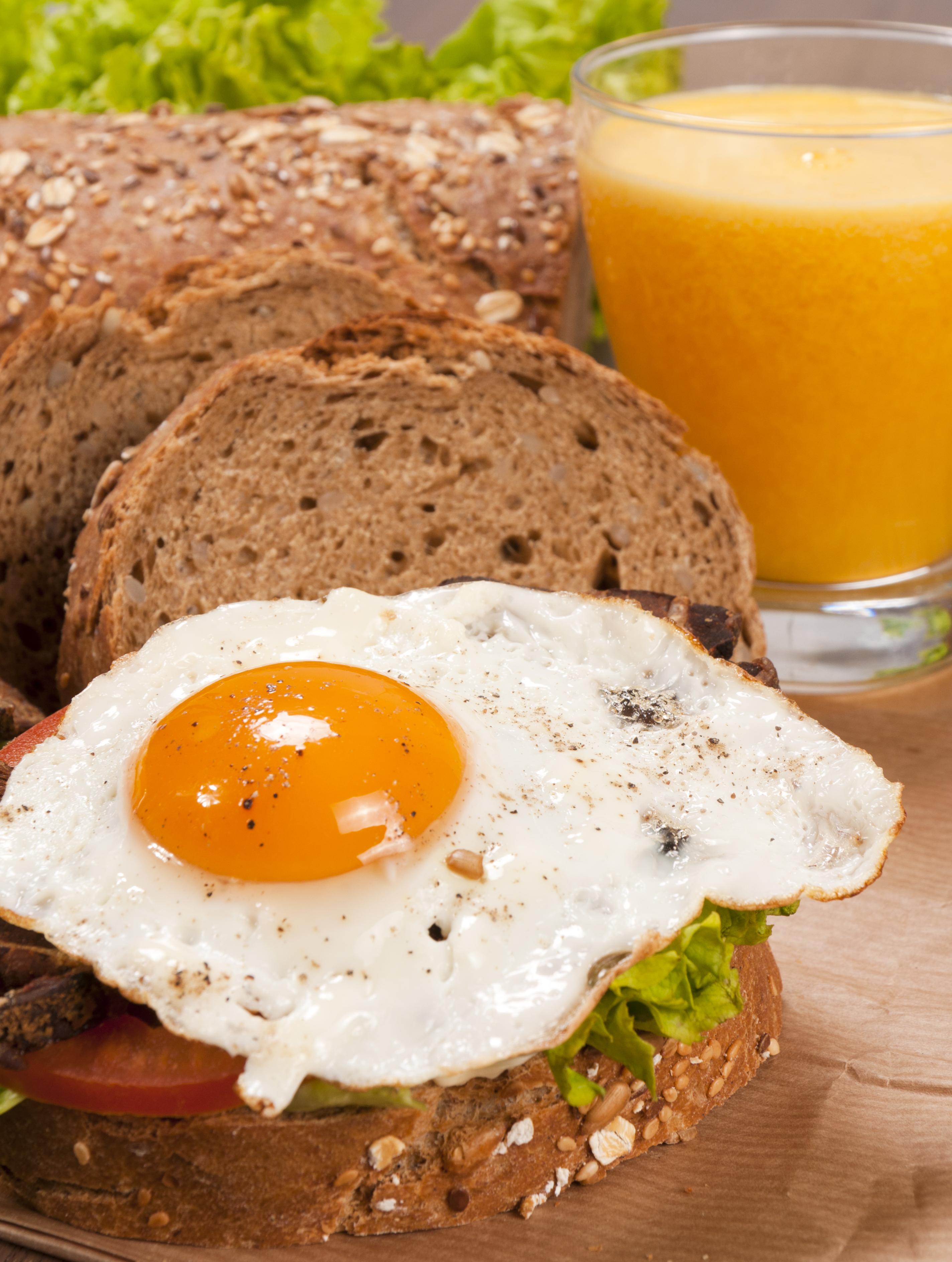 Montadito de jamón serrano y huevo de codorniz