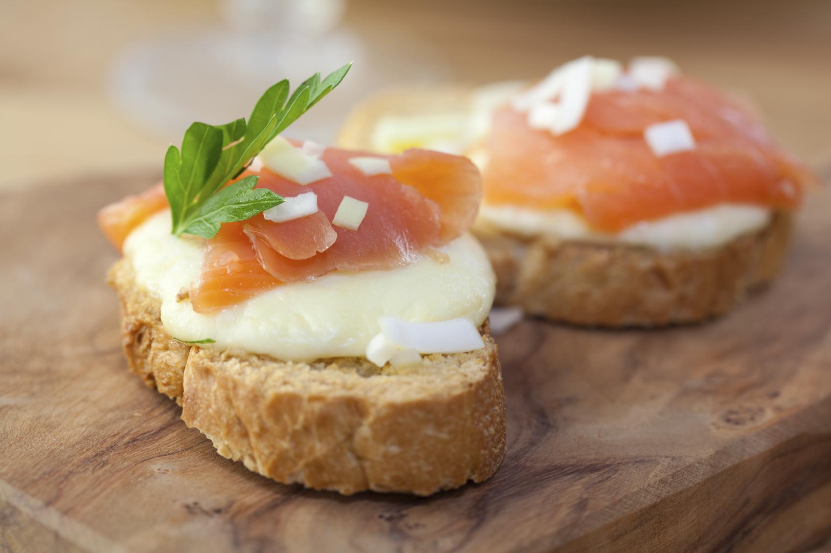 Montadito de salmón, puerro y queso de rulo