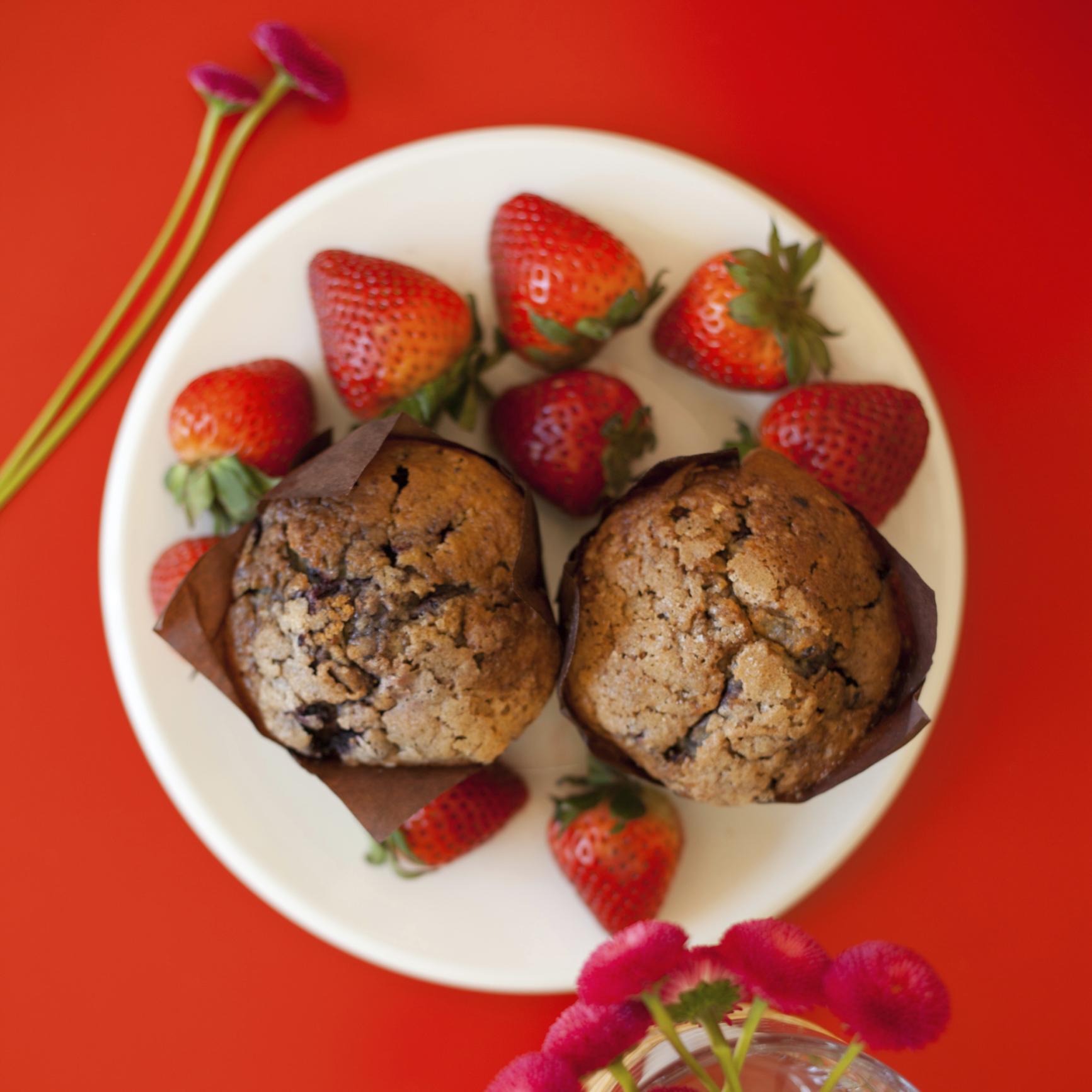 Muffins protéicos de plátano y fresas